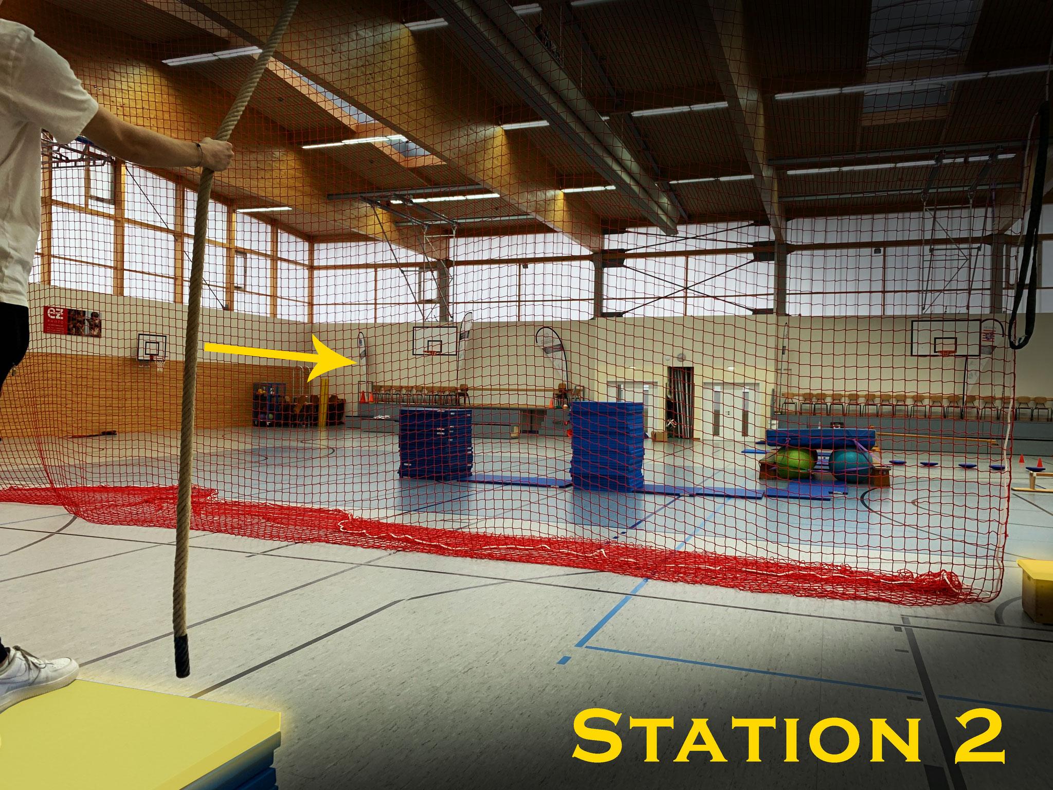 Station 2: Schwinge mit dem Seil an das große Netz ...