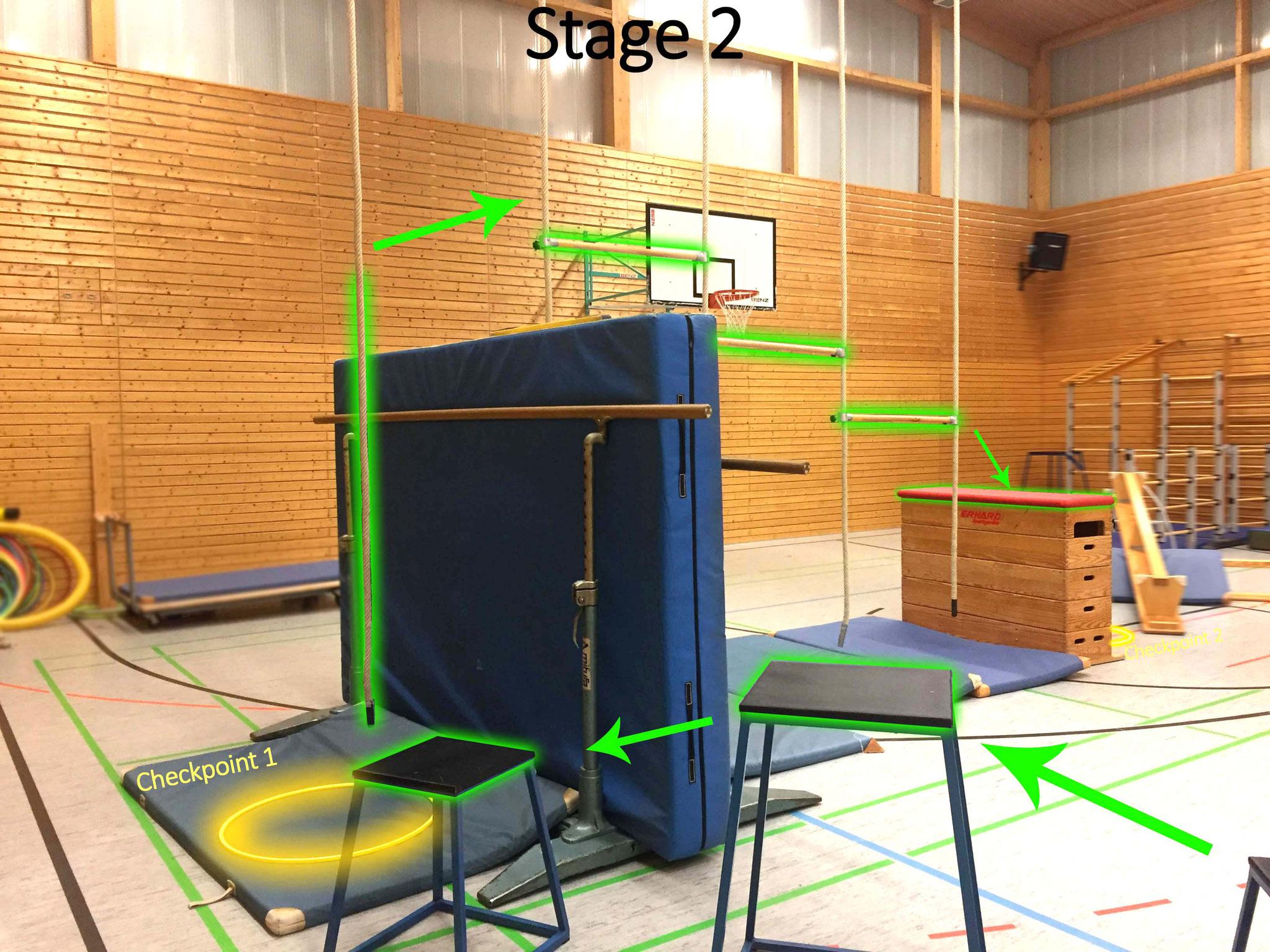 Von hier geht es über drei Podeste zum ersten Checkpoint. Für Stage 2 kletterst du an dem Seil die Mattenwand hinauf und die Seile entlang zum roten Kasten, hinter dem bereits Checkpoint 2 wartet.