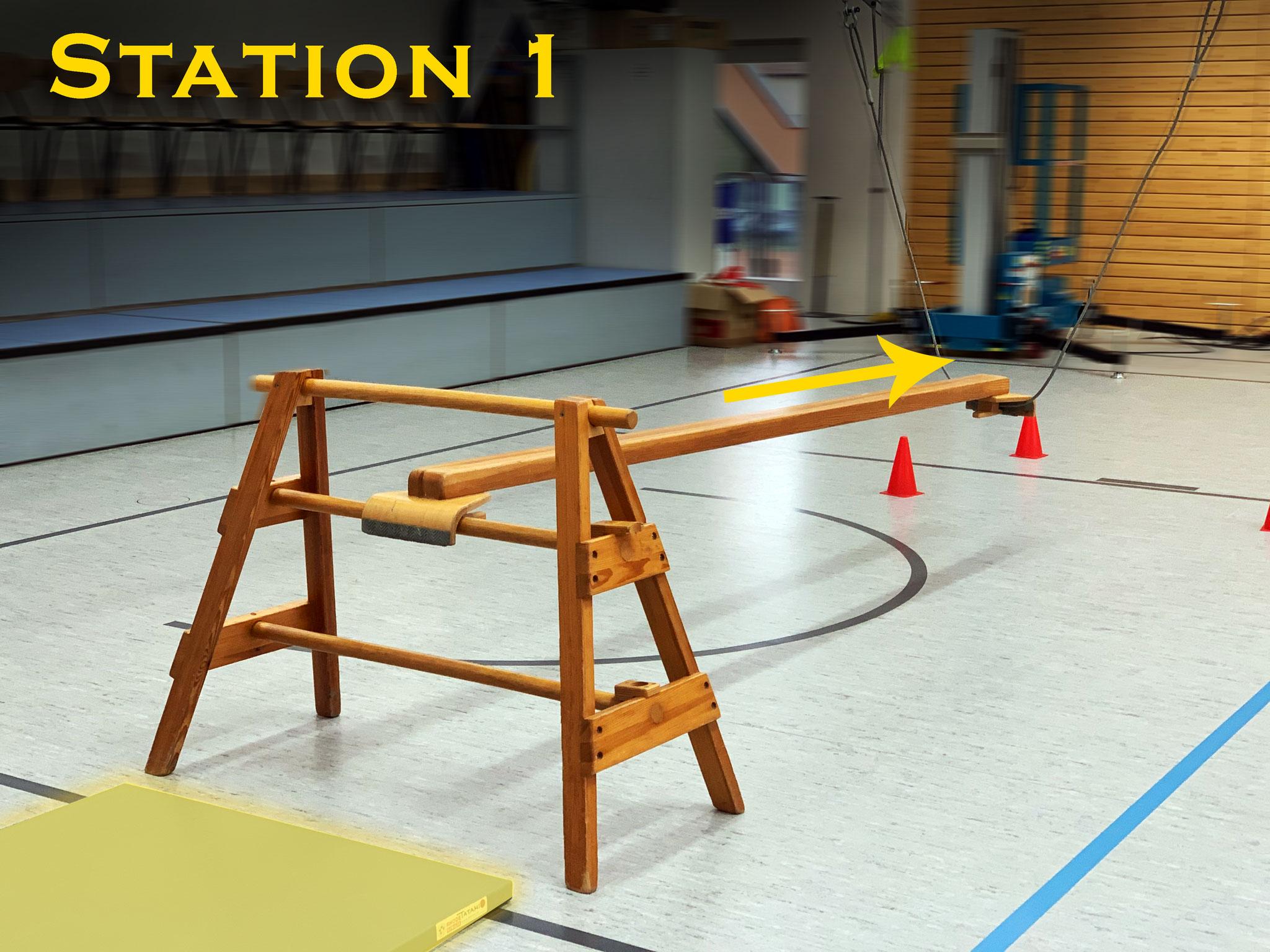 Station 1: Überwinde zunächst den schwebenden Balken...