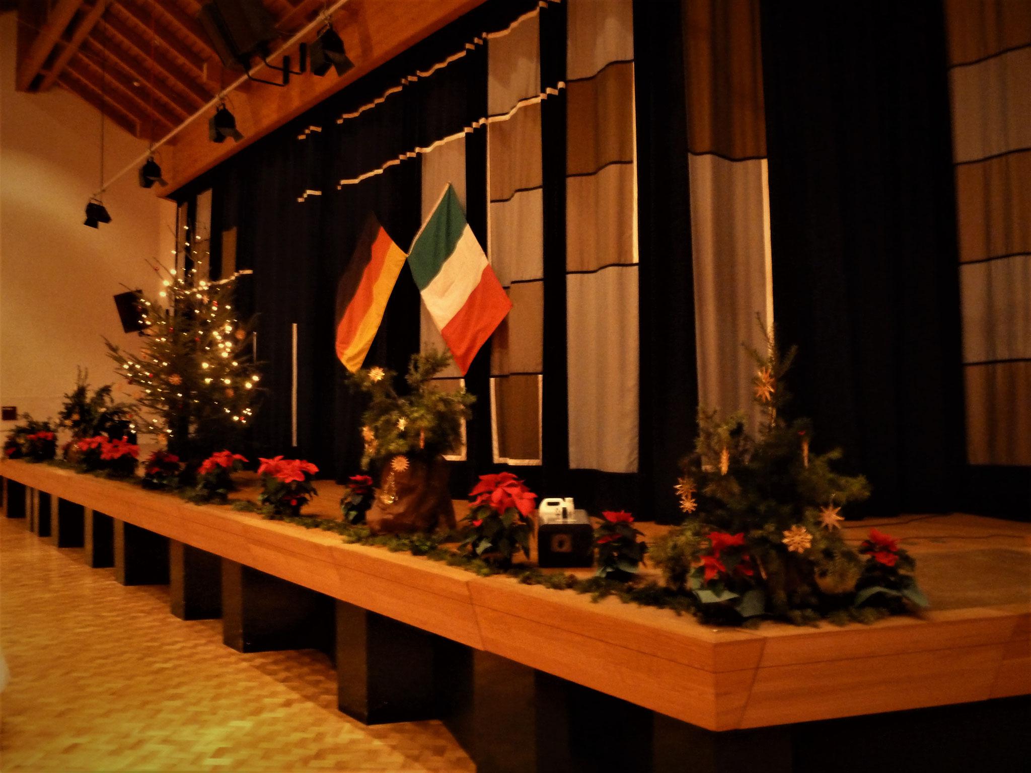 Weihnachtliche Dekoration der Gemeindehalle