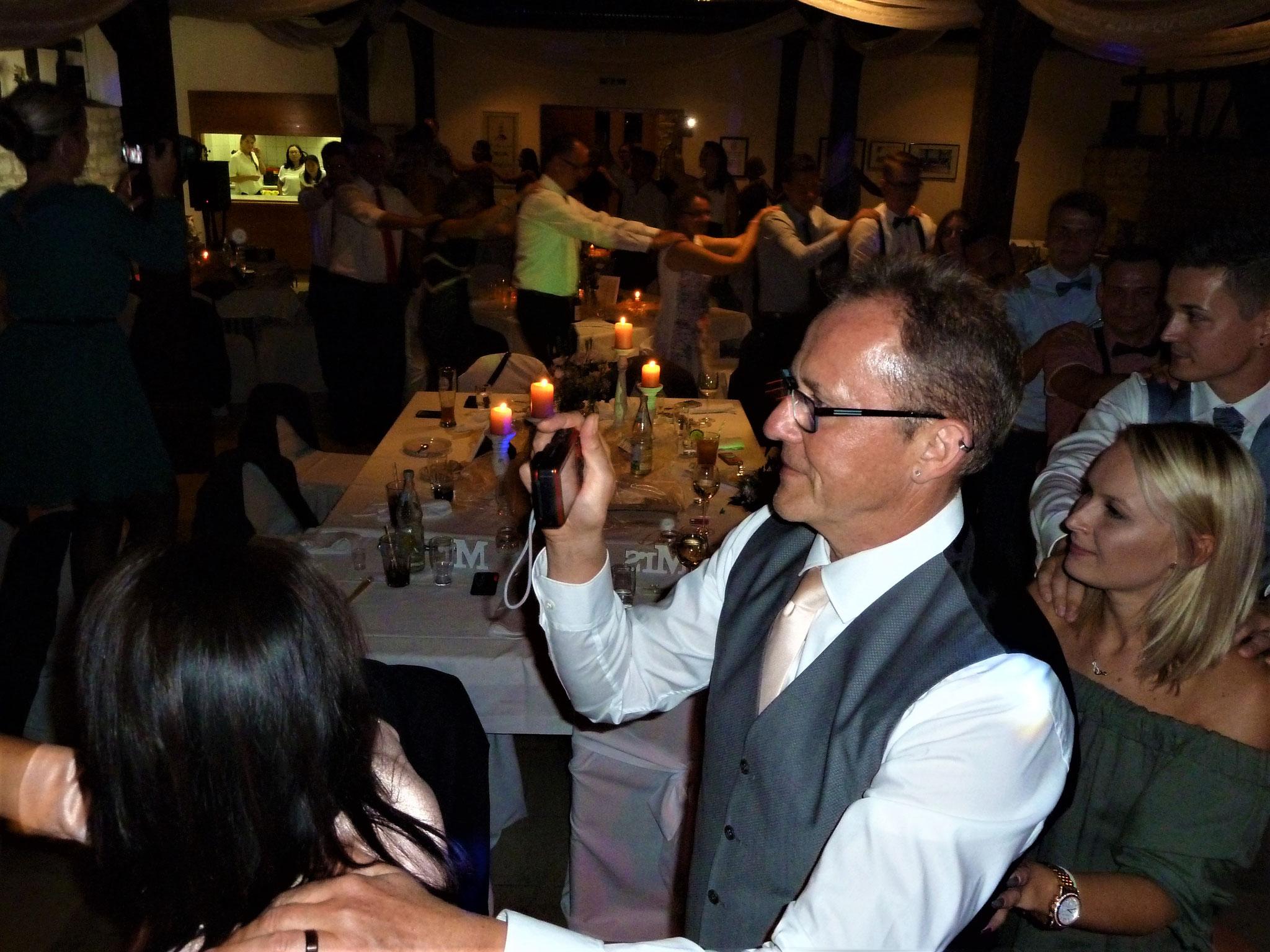 ...die Hochzeitspolonaise durch den ganzen Saal