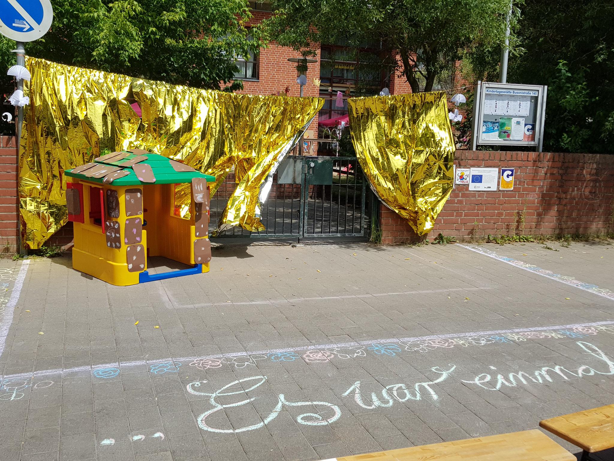 Die Bühne unserer Märchenkinder, diesmal vor dem Tor. Ihr habt das alle super gemacht!