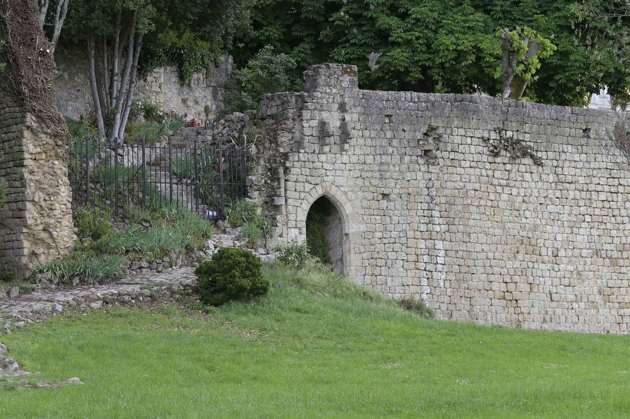 Remparts ouest avec la grotte dite de Charles VII où le roi venait se reposer après la bataille de Castillon