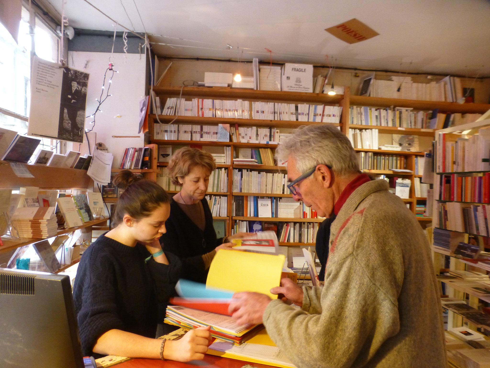 Jean-Paul Brussac ( à droite) dans sa librairie