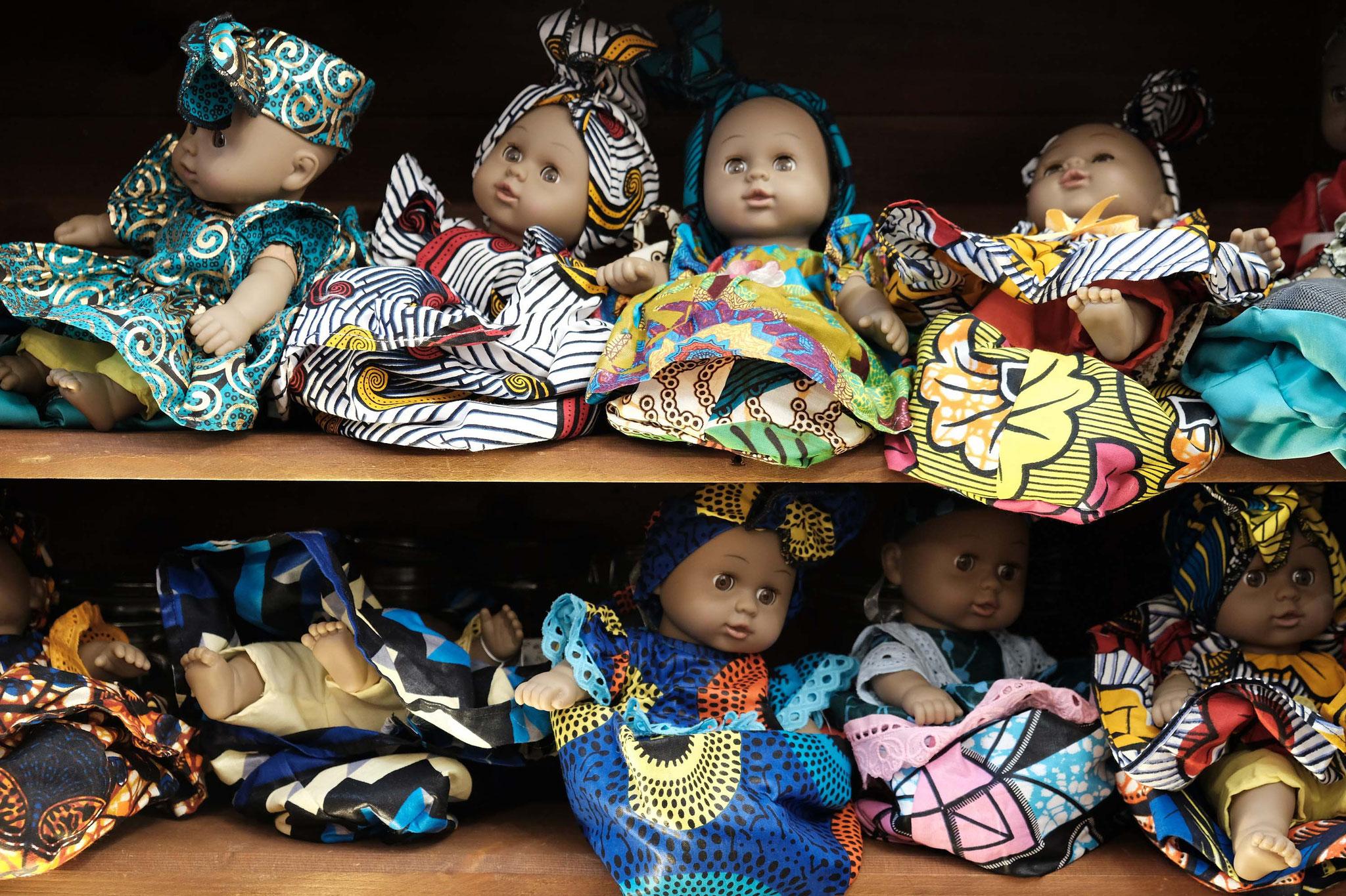 Aminata ne manque pas d'imagination pour concevoir une robe différente pour chaque poupée.