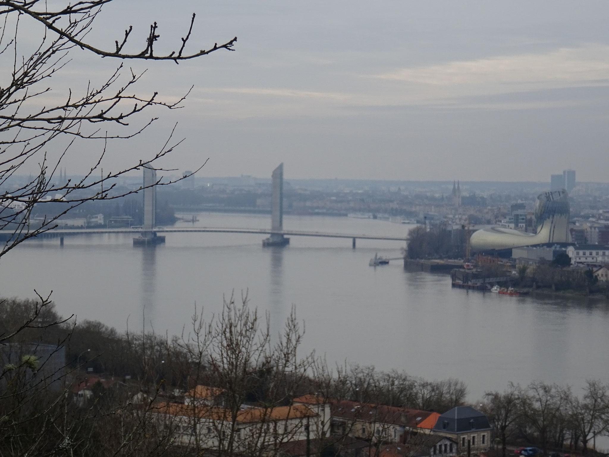 Le pont Chaban-Delmas vu de la rive droite.