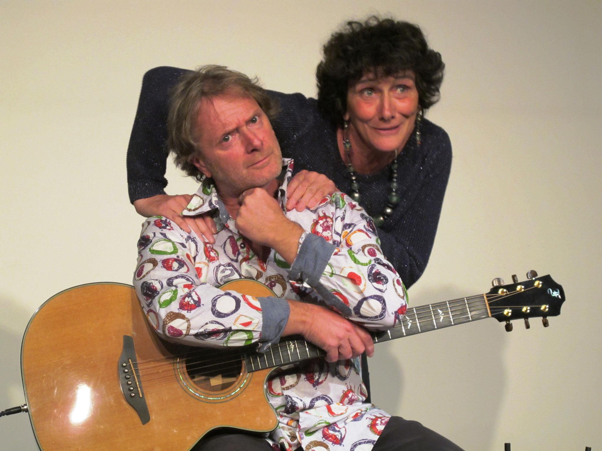 Isabelle accompagnée à la guitare par PascalDucourtiaux         (F. Bergougnoux)