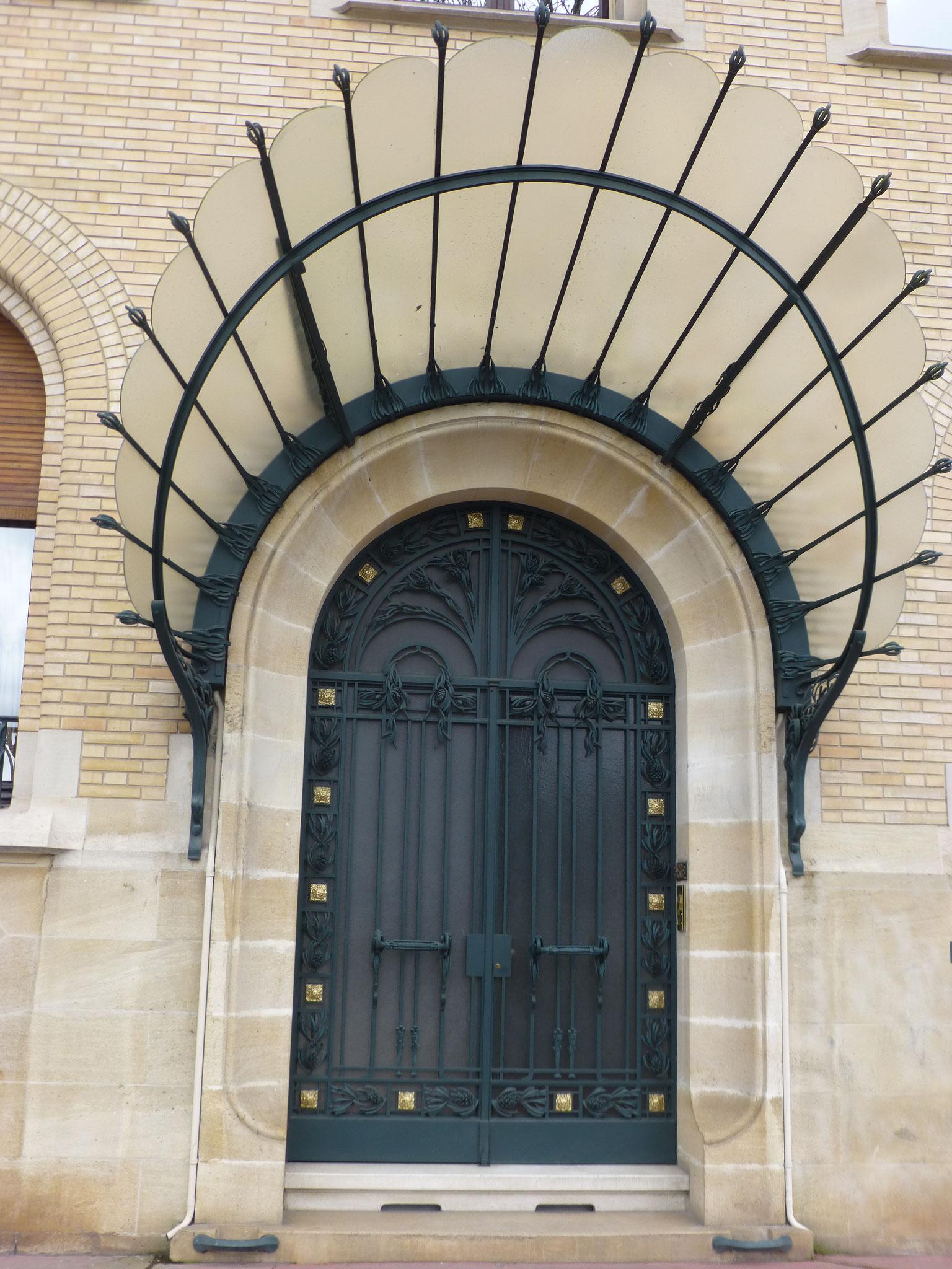La belle entrée de l'hôtel Ferret avec sa marquise en verre et ferronnerie