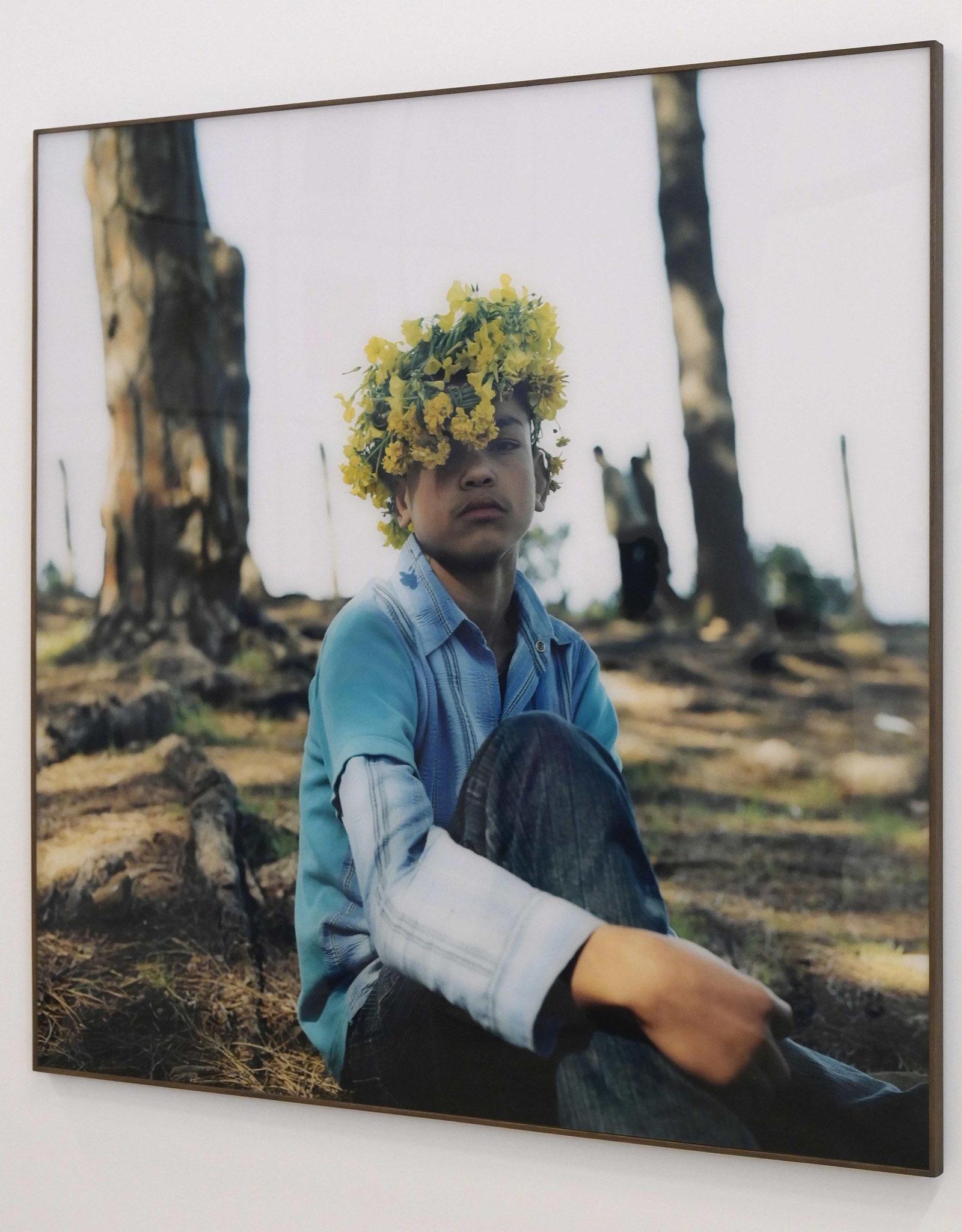 L'artiste Yto Barrada a coiffé d'une couronne d'Oxalis, fleur qui va bientôt disparaitre de son pays, le Maroc