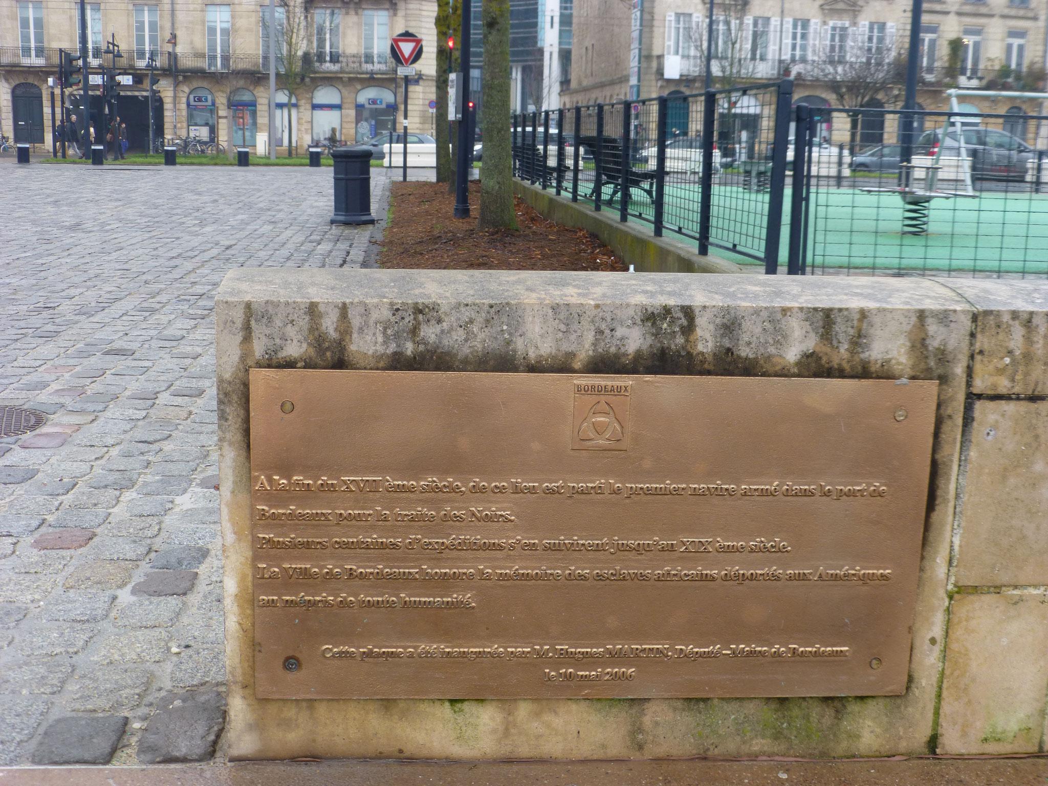 La ville de Bordeaux a inauguré cette plaque commémorative le 10 janvier 2006, quai des Chartrons pour honorer la mémoire des esclaves africains déportés aux Amériques au XVIIIe  et XIXe siècle , au mépris de toute  humanité