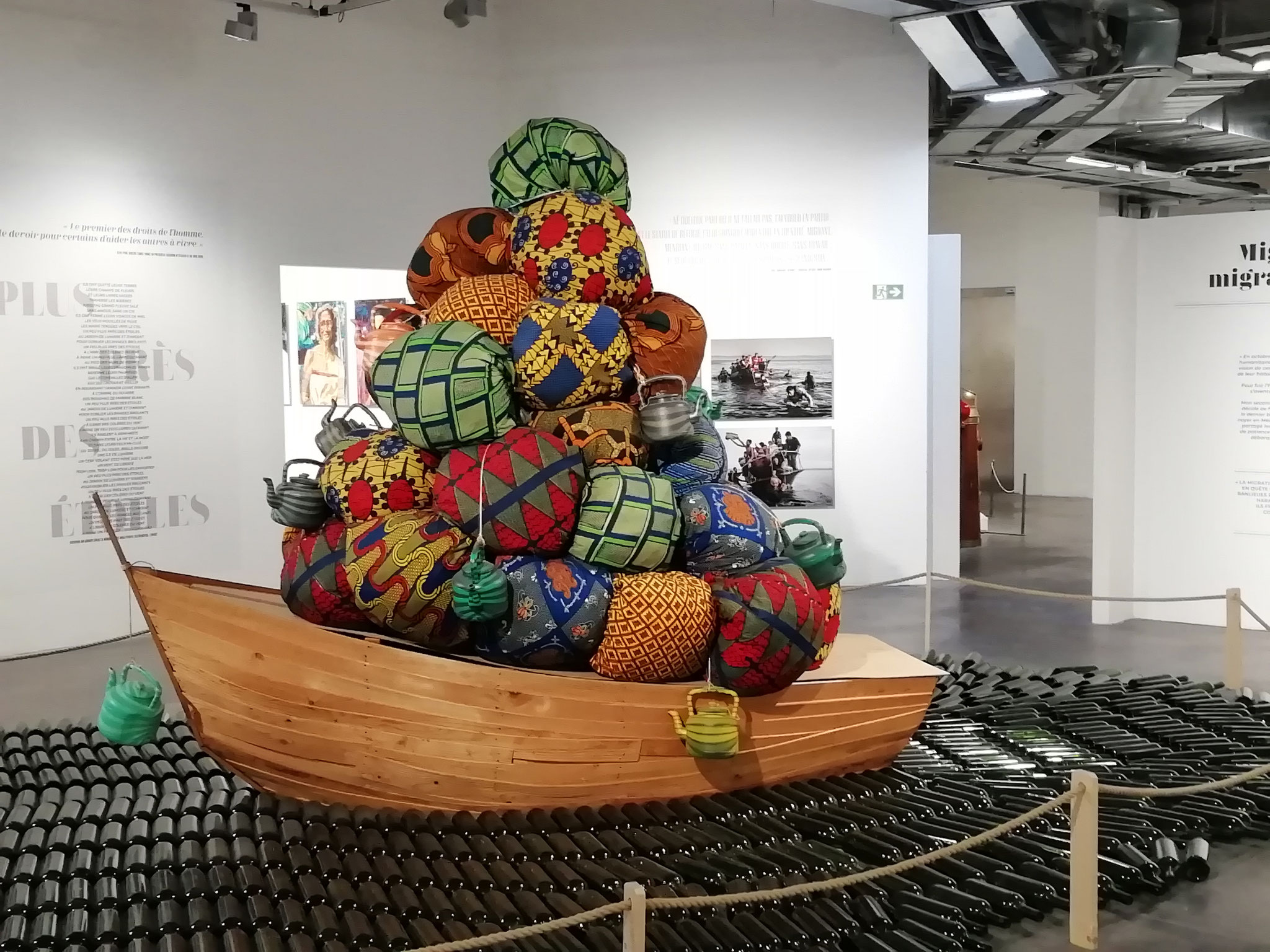 La barque bien chargée, symbole des migrations maritimes