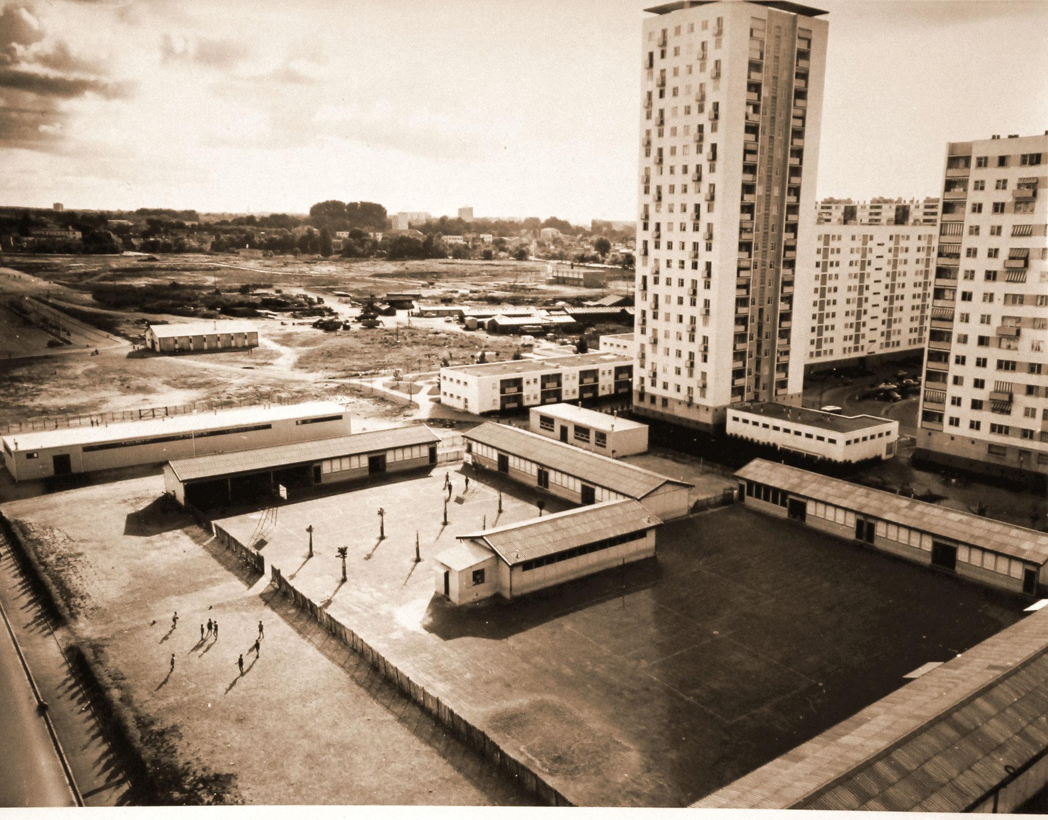 1964, l'école est hébergée dans des préfabriqués( H. Bernatets)