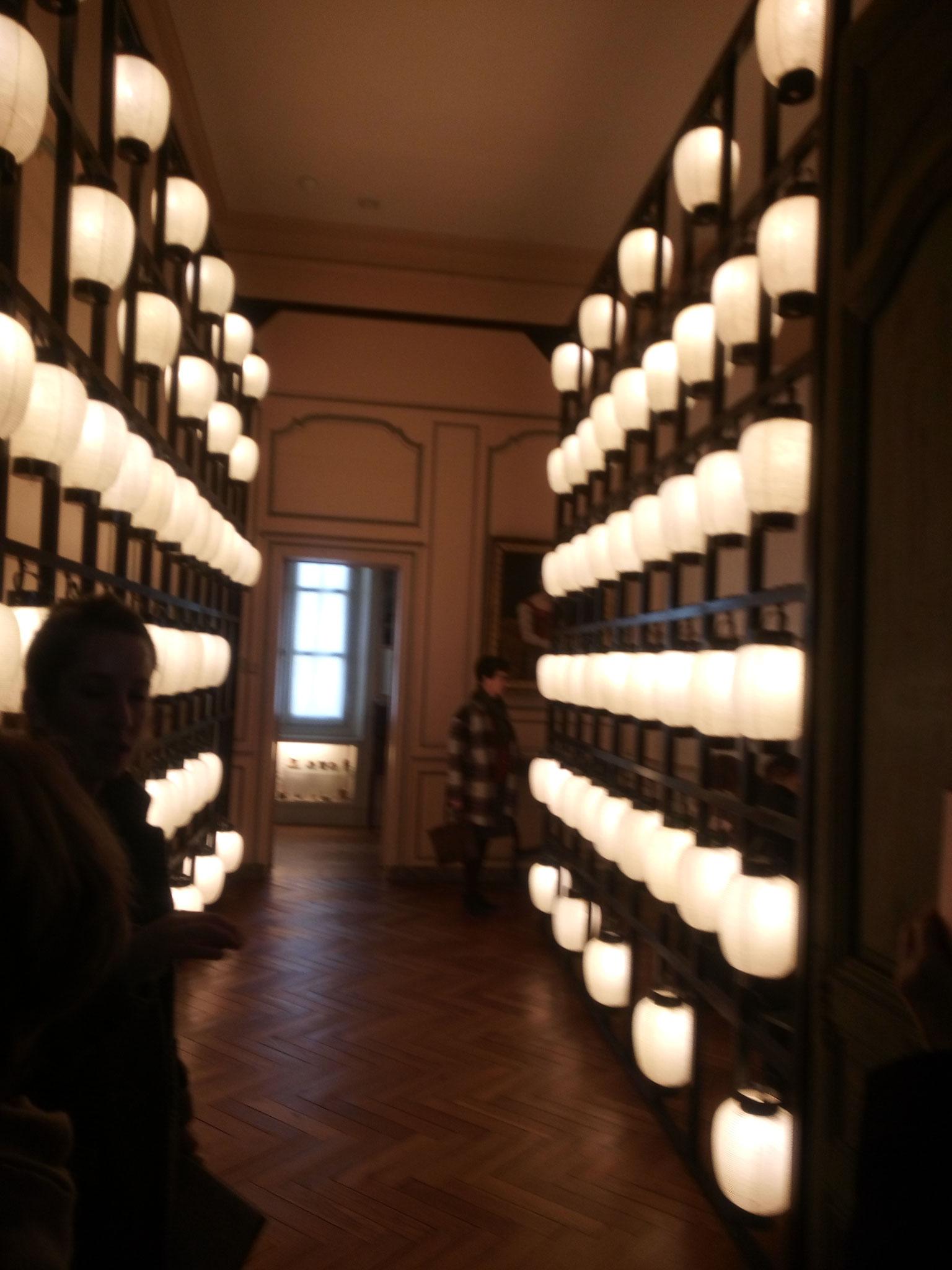 mur d'éclairage réalisé à l'aide de nombreuses lanternes