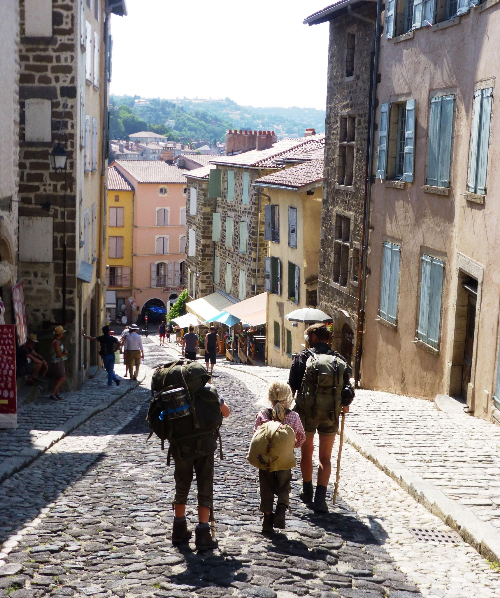 Départ pour Saint-jacques de Compostelle de la ville du Puy ( photo de M. Depecker