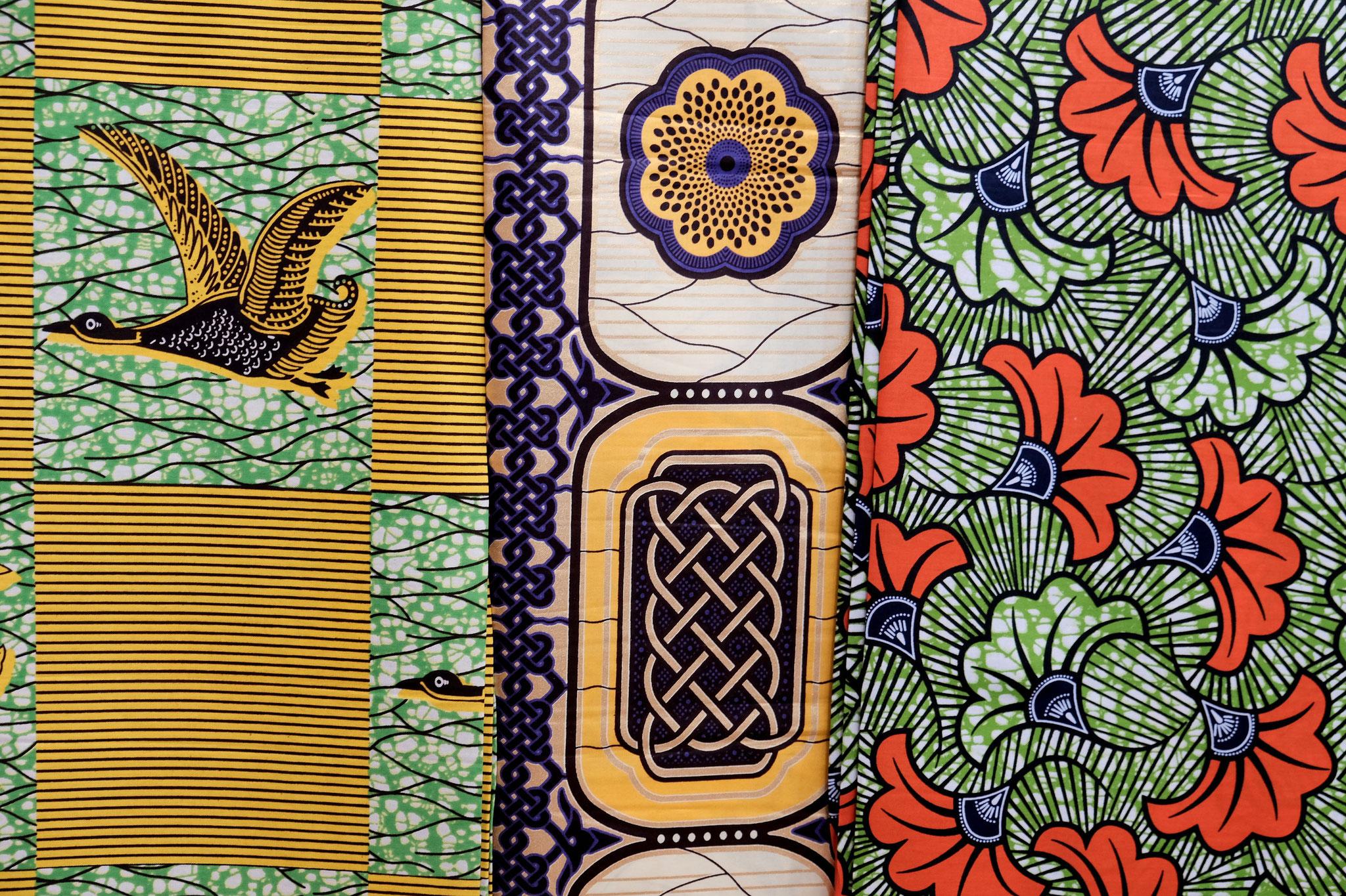Les fabricants renouvellent les motifs des tissus tous les deux mois: fleurs, oiseaux, dessins géométriques