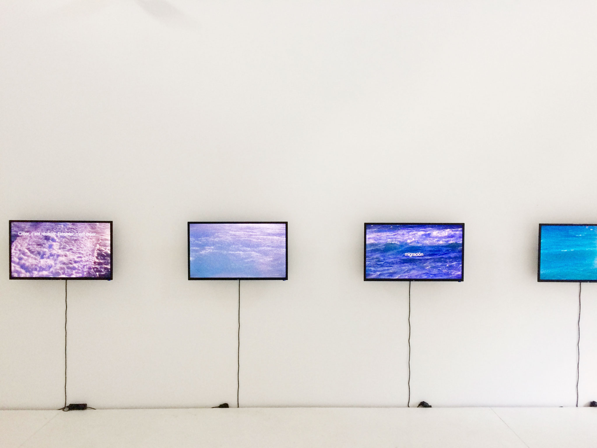 Antoni Muntadas, Aller/Retour, 2013/17, video installation, 6 Led monitors, 700 x 60 cm