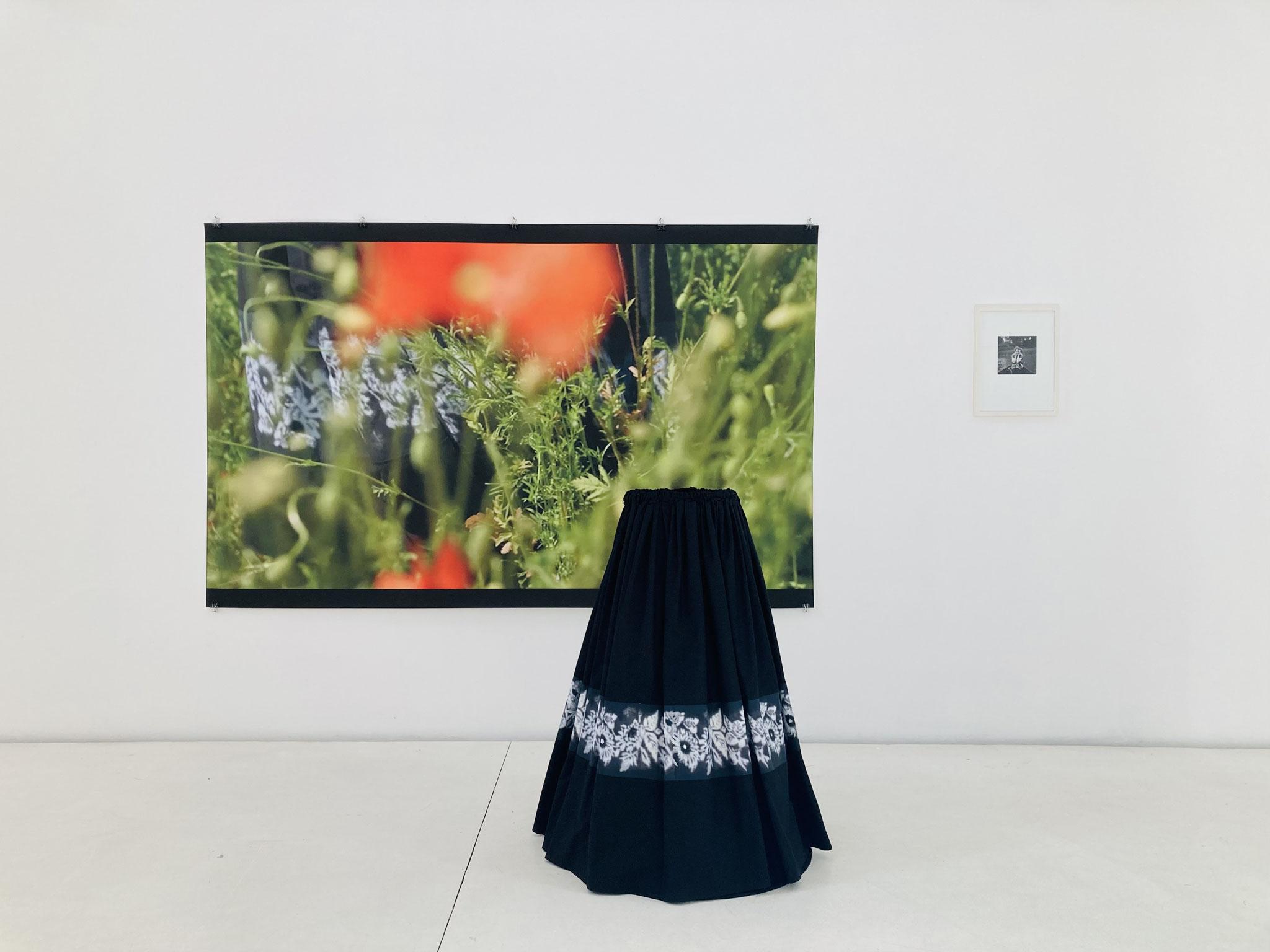 Ursula Neugebauer I schwarzer Schnee 2019 I Installation, Rock, Stoff mit Blumenprint, Stahlgestell, s/w Photographie, 240 x 120 x 250 (Maße variabel)