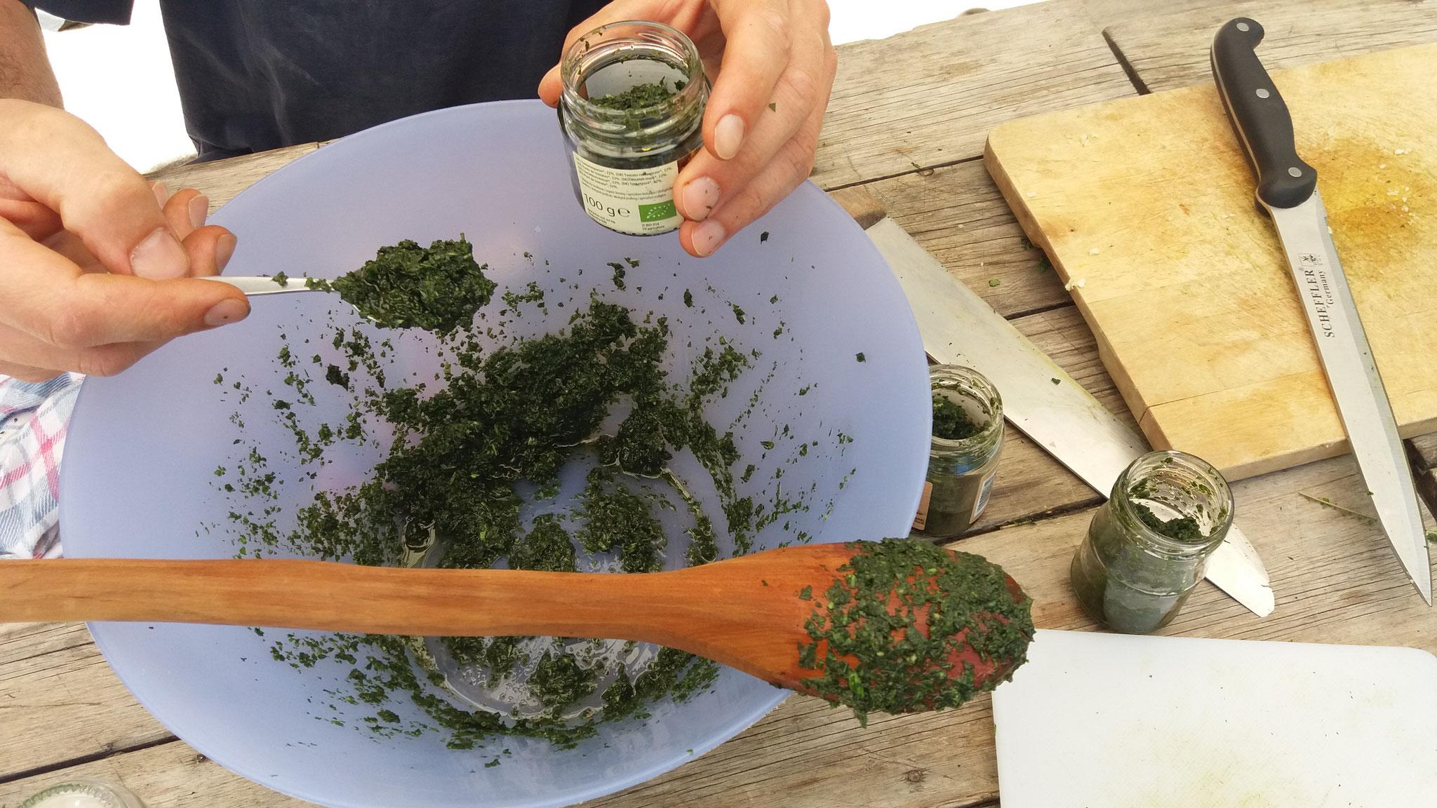 confection d'un pesto plantain/fannes de carottes sauvages