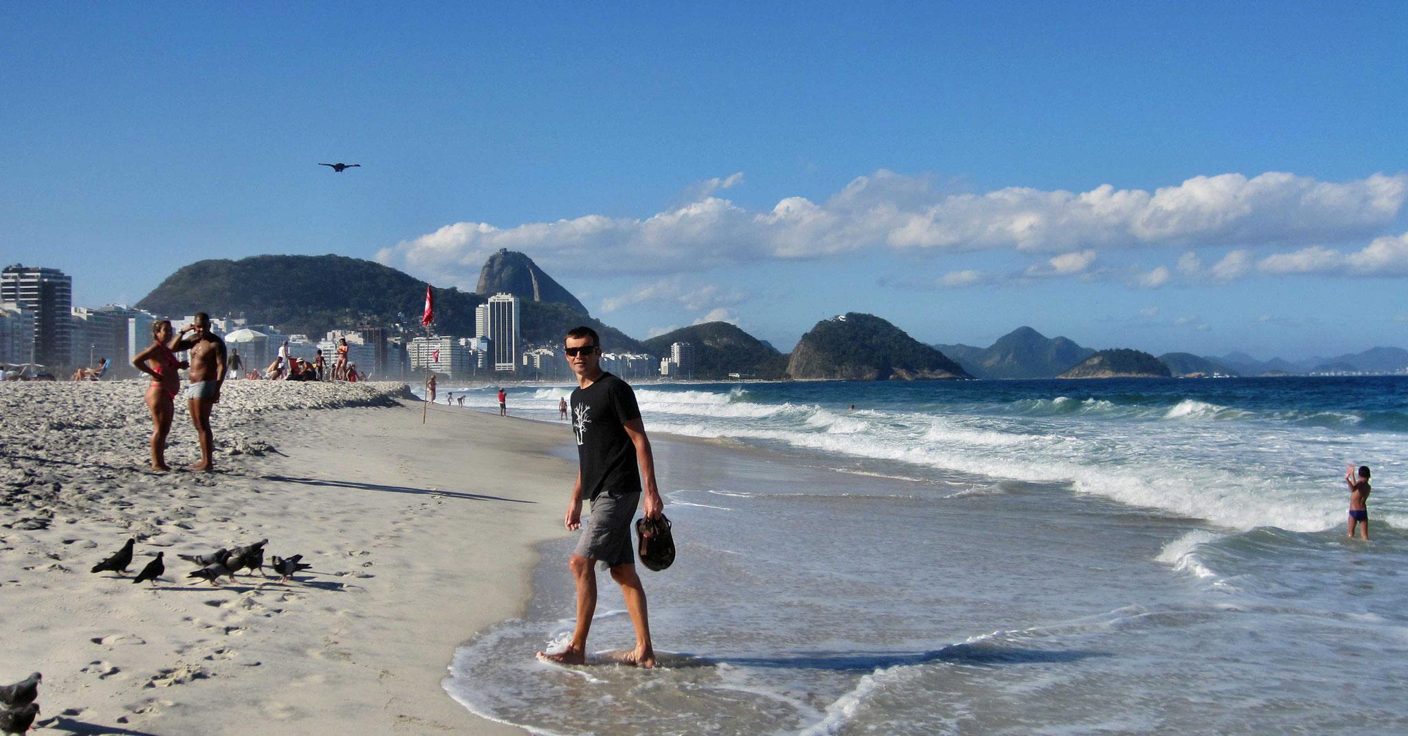 Noch keinen Kilometer geradelt und schon an der Copacabana flanieren...
