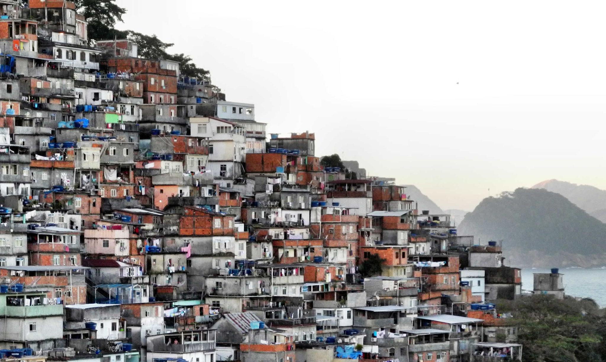Die Favelas - Armenviertel - winden sich immer weiter die Berge Hinauf