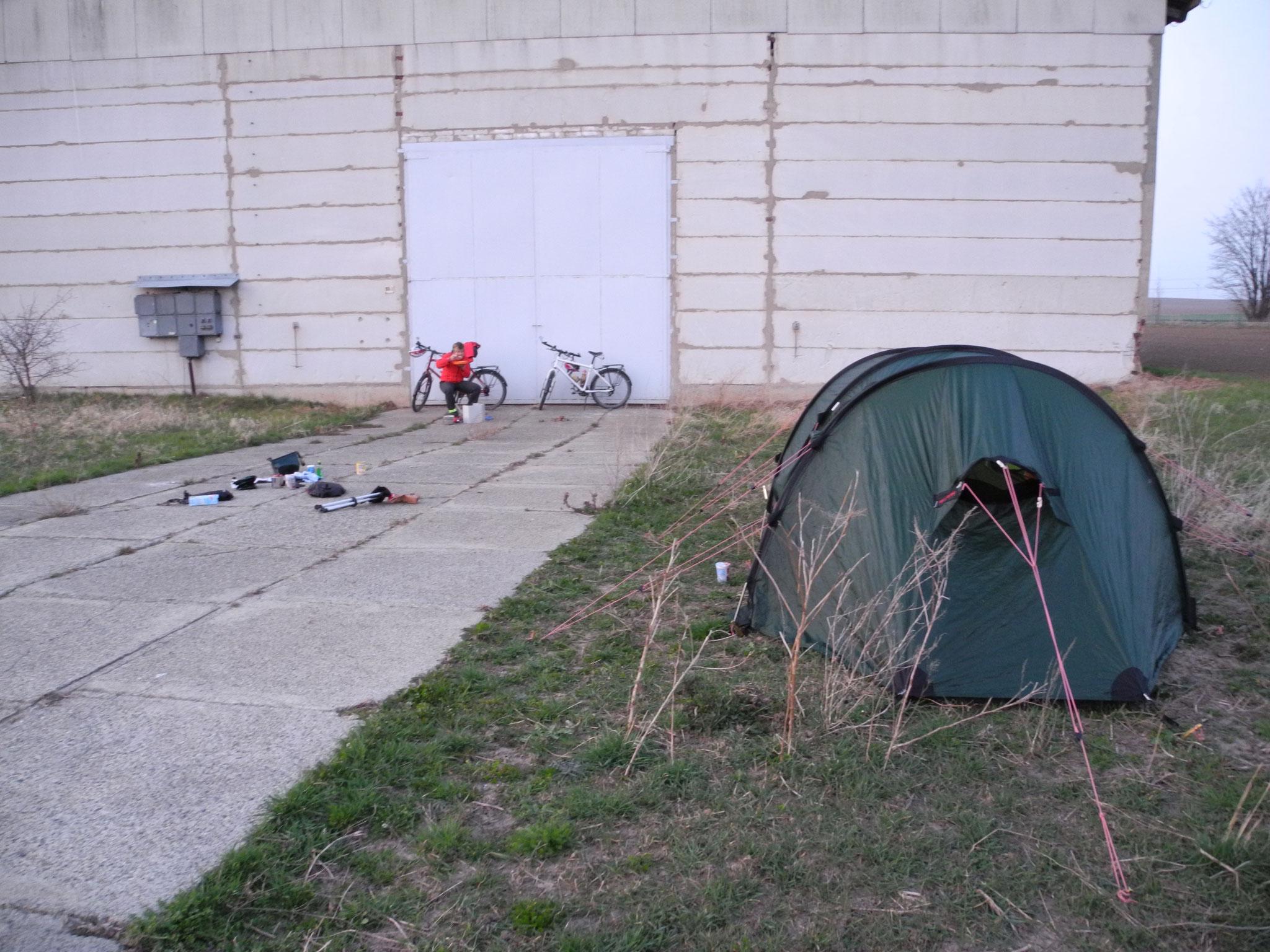 Das erste Camp im Harz hinter einer Scheune