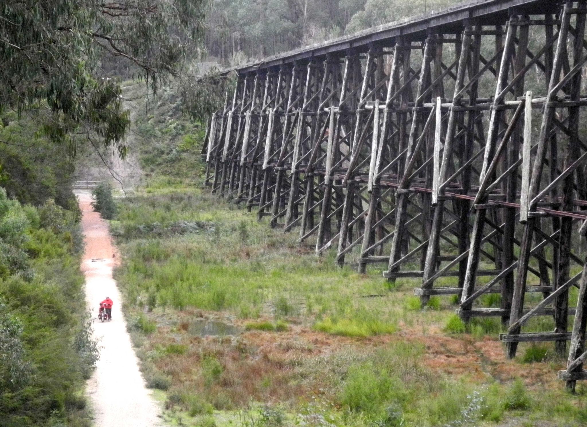 Stillgelegte Bahnstrecke mit sehr schöner Holzbrücke