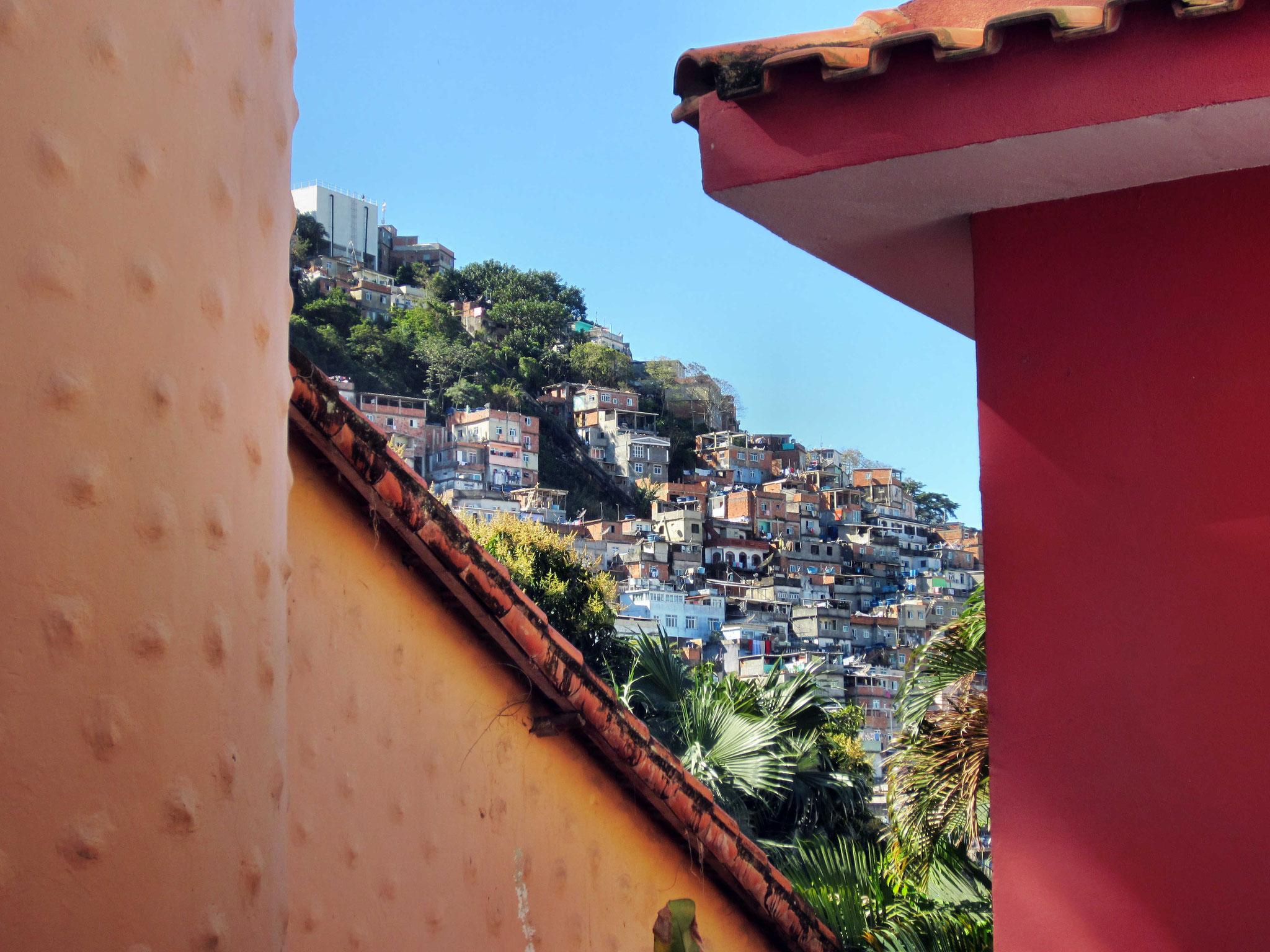 Blick von unserem Hostel zu einer Favela
