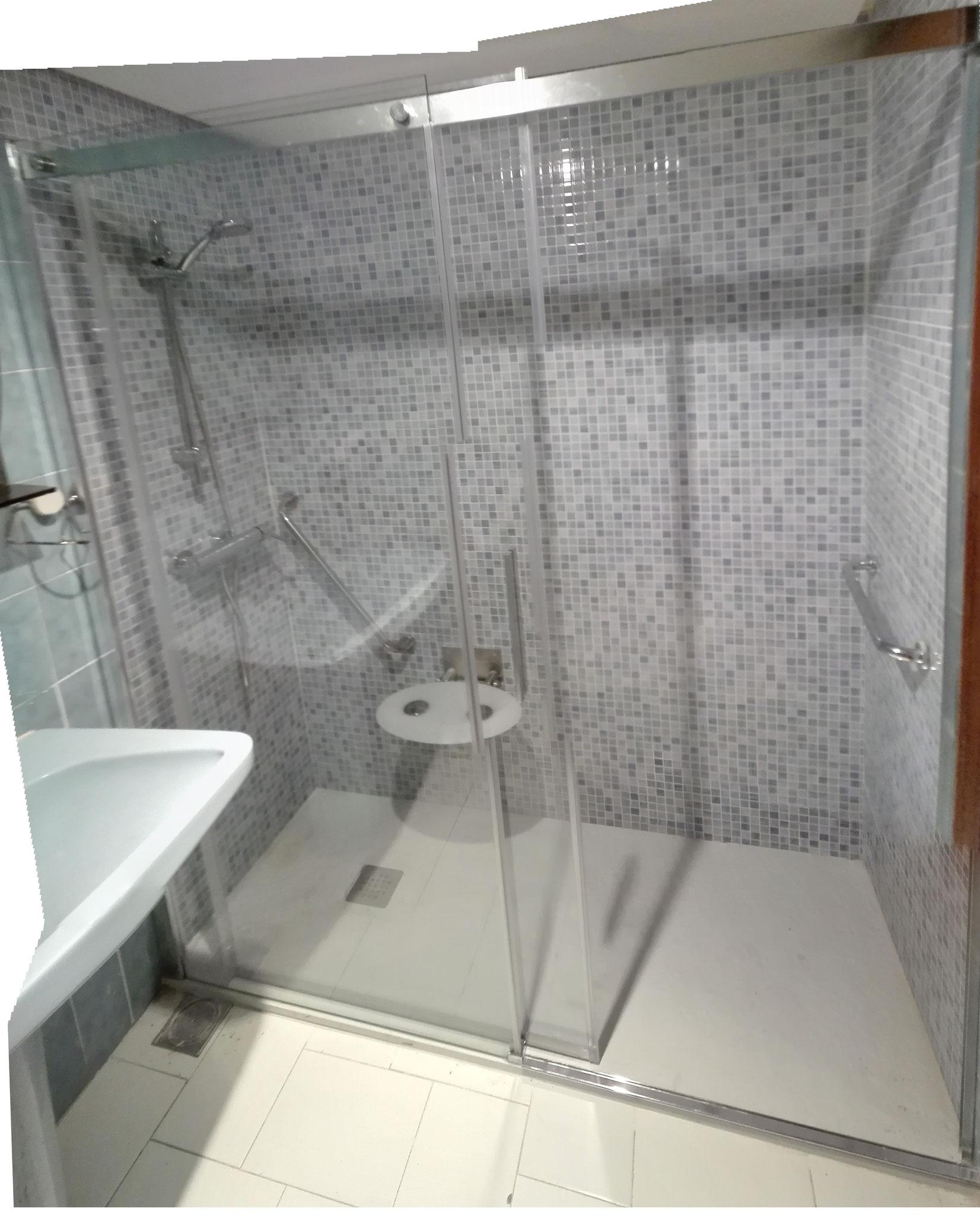 cambio de bañera a ducha con plato de ducha de mármol antideslizante y alicatado hasta techo.Mampara fijo +corredera y asiento de ducha