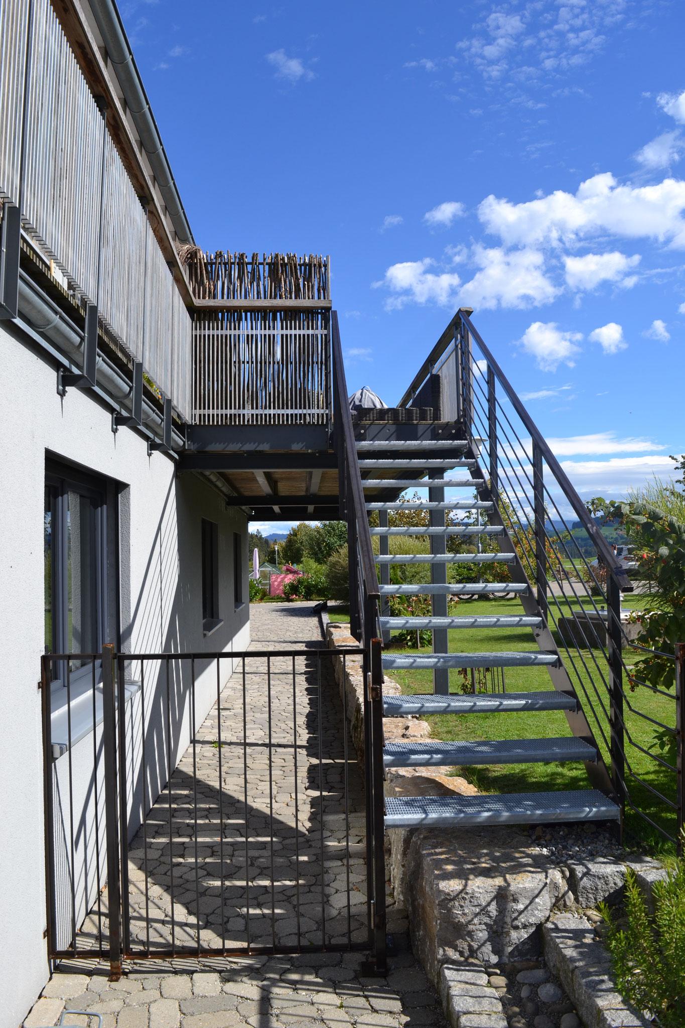 Fertigstellung, Neubau Wohn- und Geschäftshaus in Heimenkirch - Außentreppe