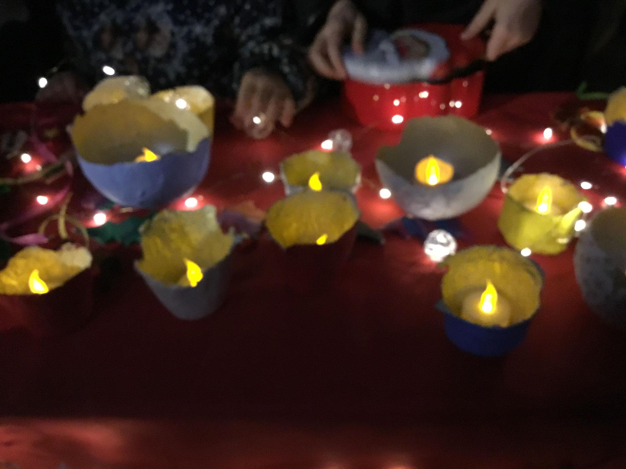 Schüsseln mit Kerzen