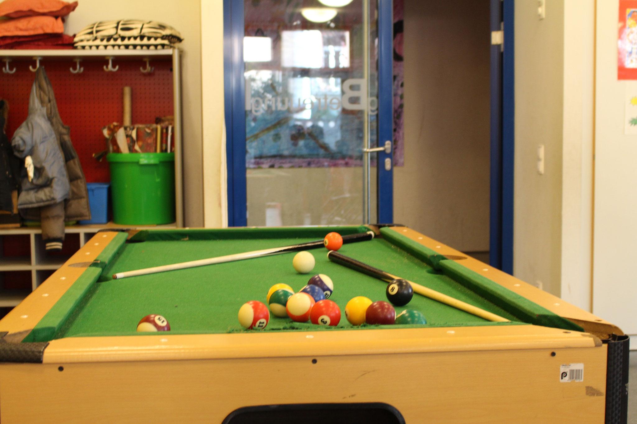 Hier können sich die Kinder beschäftigen,indem sie Billard spielen.  Fotografen:LUKAS,LEANDROS
