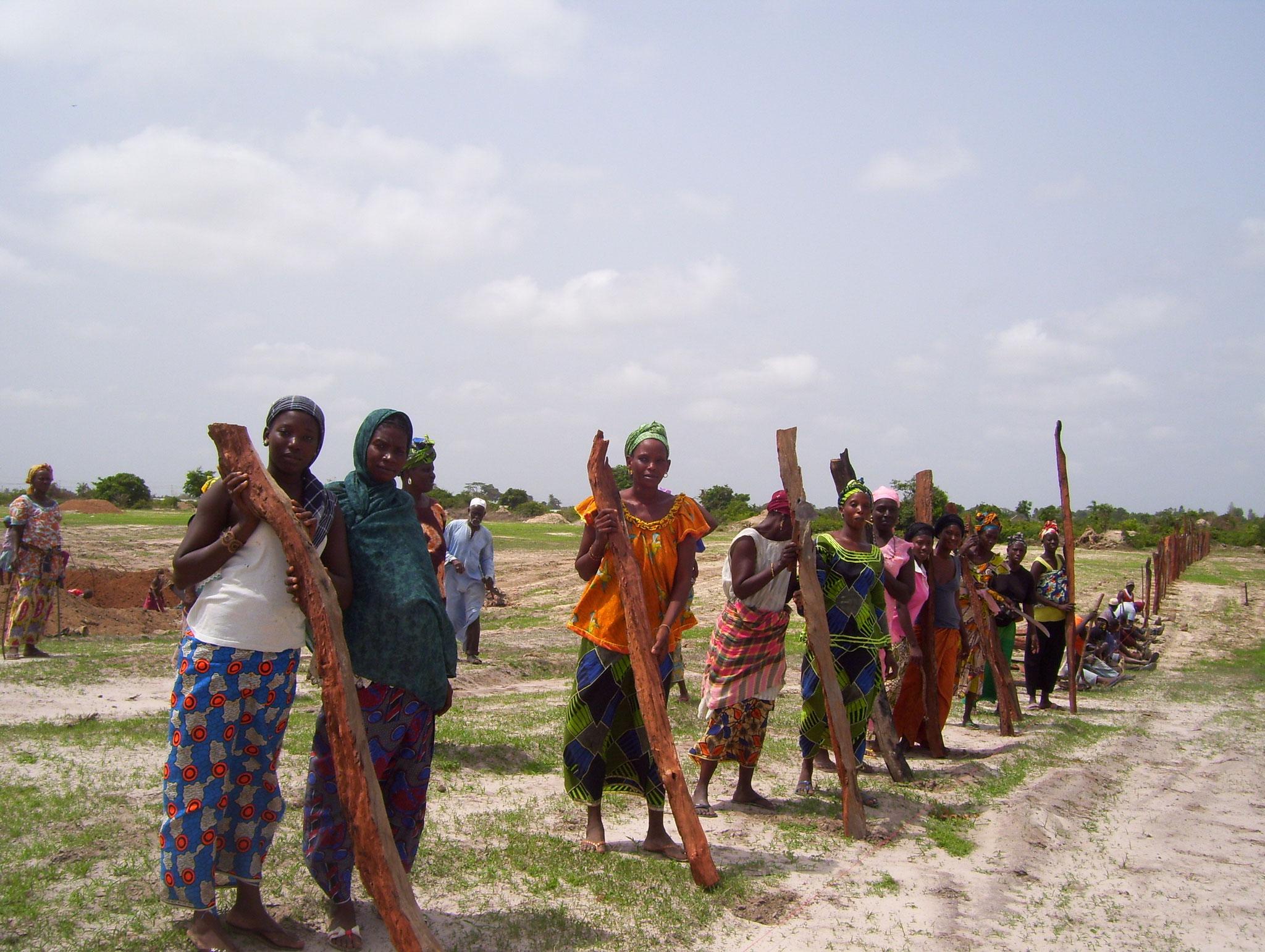 Zaunbau durch Dorfbewohner