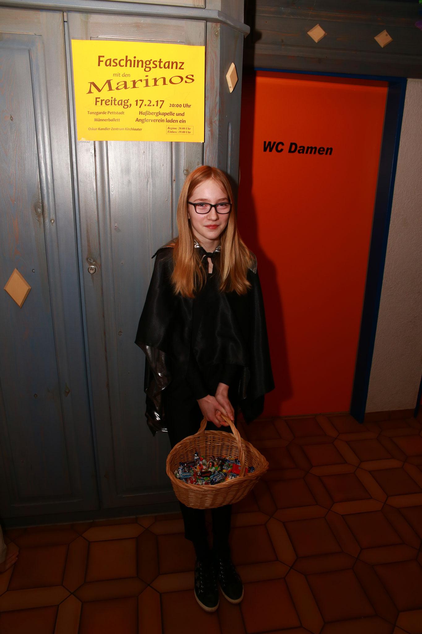 Und noch ein neues Gesicht zum Schluss, das beim Kinderfasching dafür den Anfang übernommen hat, nämlich das Beglücken der Kinder mit Süßigkeiten am Eingang ;) Danke, dass du dabei warst, Sophie!