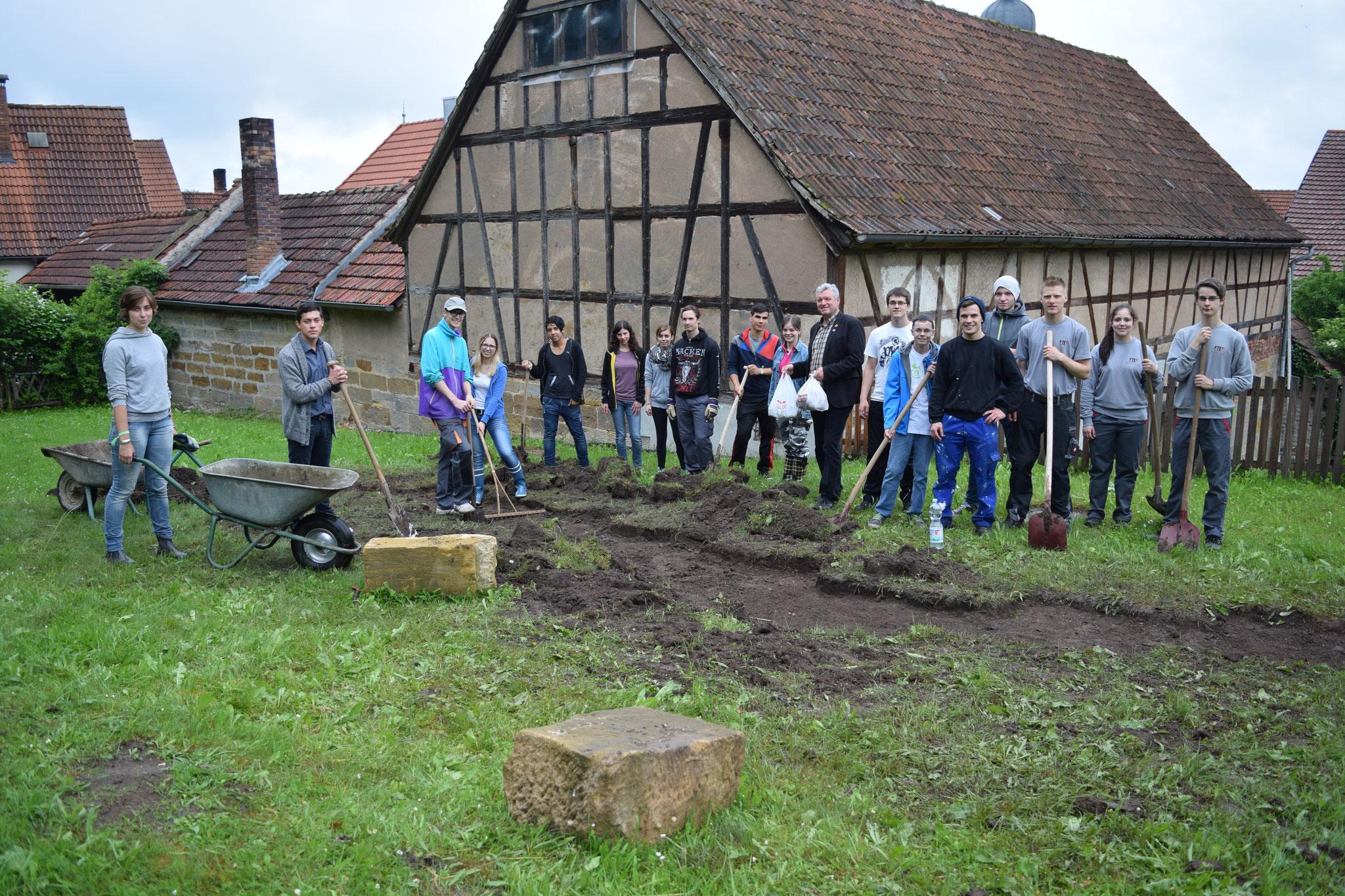 Gruppenbild mit Jürgen Hennemann, dem 1. Bürgermeister der Stadt Ebern, der uns das Mittagessen spendierte - vielen Dank dafür!