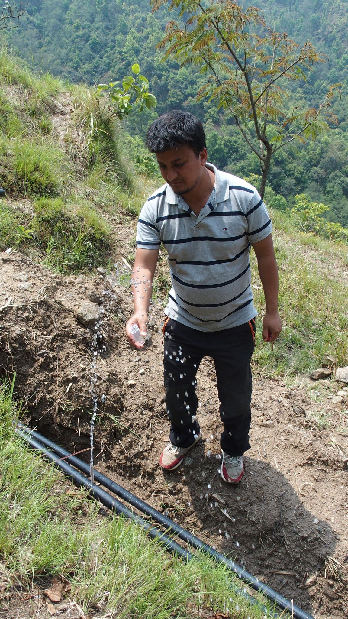 Prélèvement d'échantillons d'eau pour analyse à divers points du réseau.