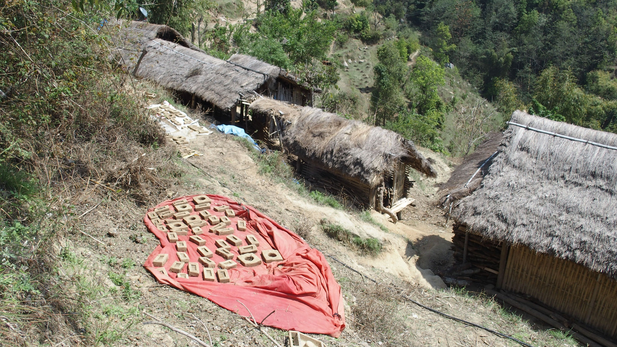 2017 février mars, les villageois fabriquent des briques crues