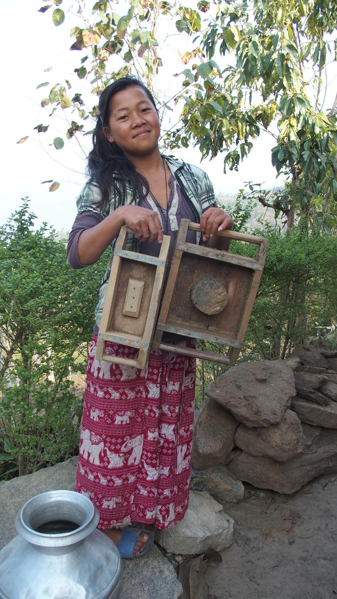 2017 février mars, les villageois fabriquent des briques crues à l'aide de ces 2 moules