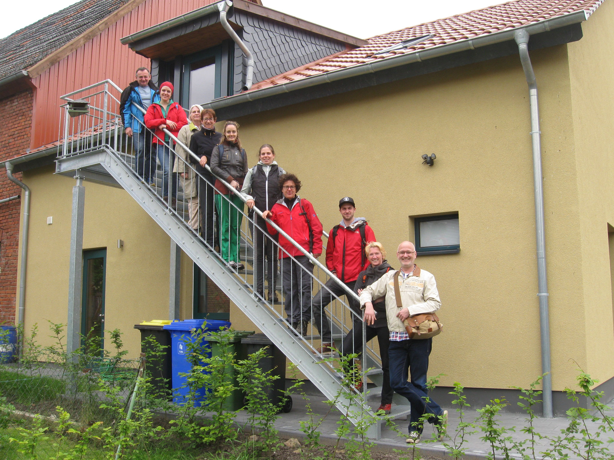 Das creative Theaterensemble unter der Leitung ihrer Intendantin Frau Kreuzhage hat sich zum Abschluss Ihrer Wanderung auf der Treppe die zur Herberge führt zum Gruppenfoto bereitgestellt.