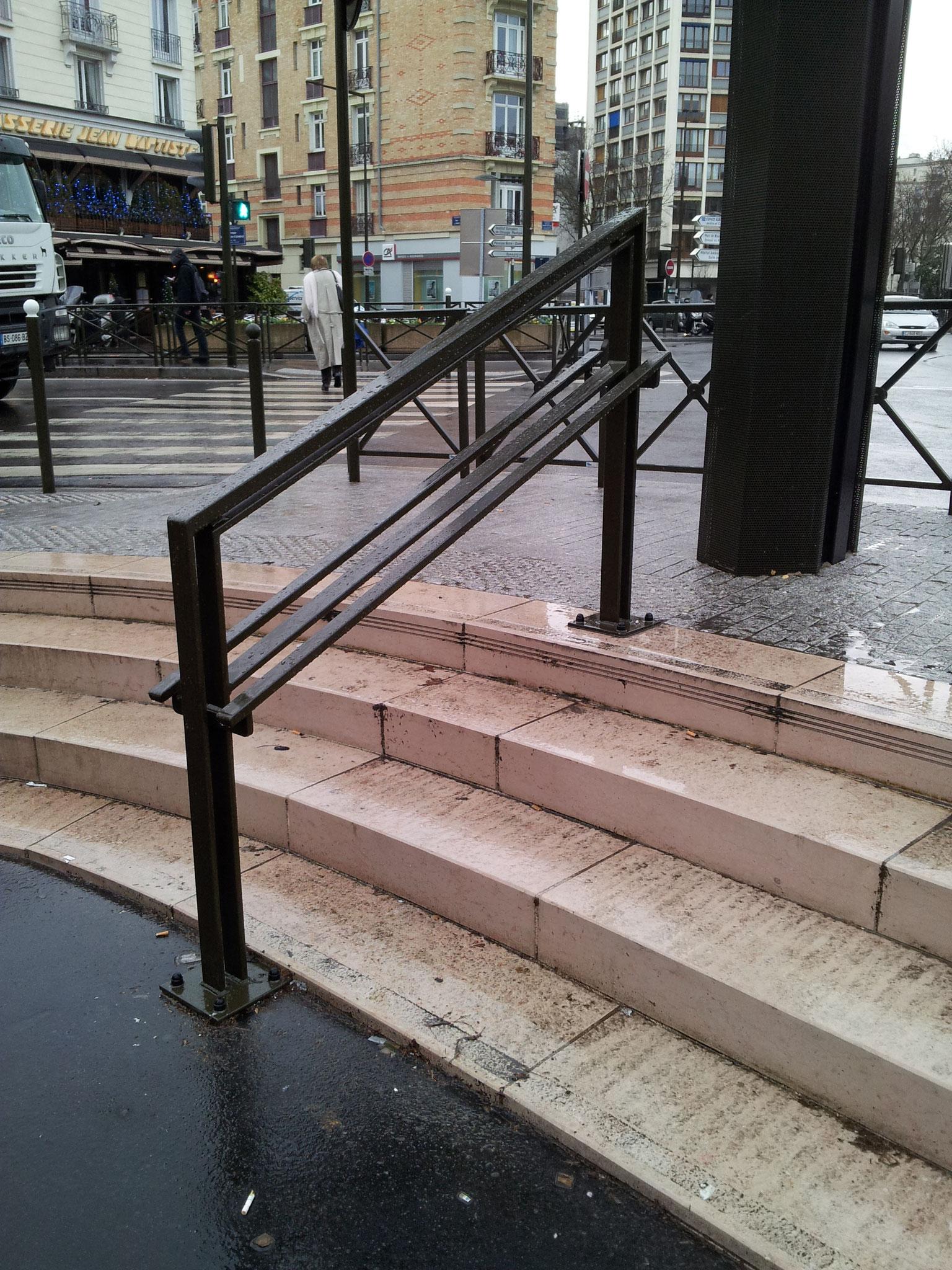 Boulogne Billancourt 92100 Absence de bande d'éveil et de vigilance en haut d'un escalier de 3 marches et plus