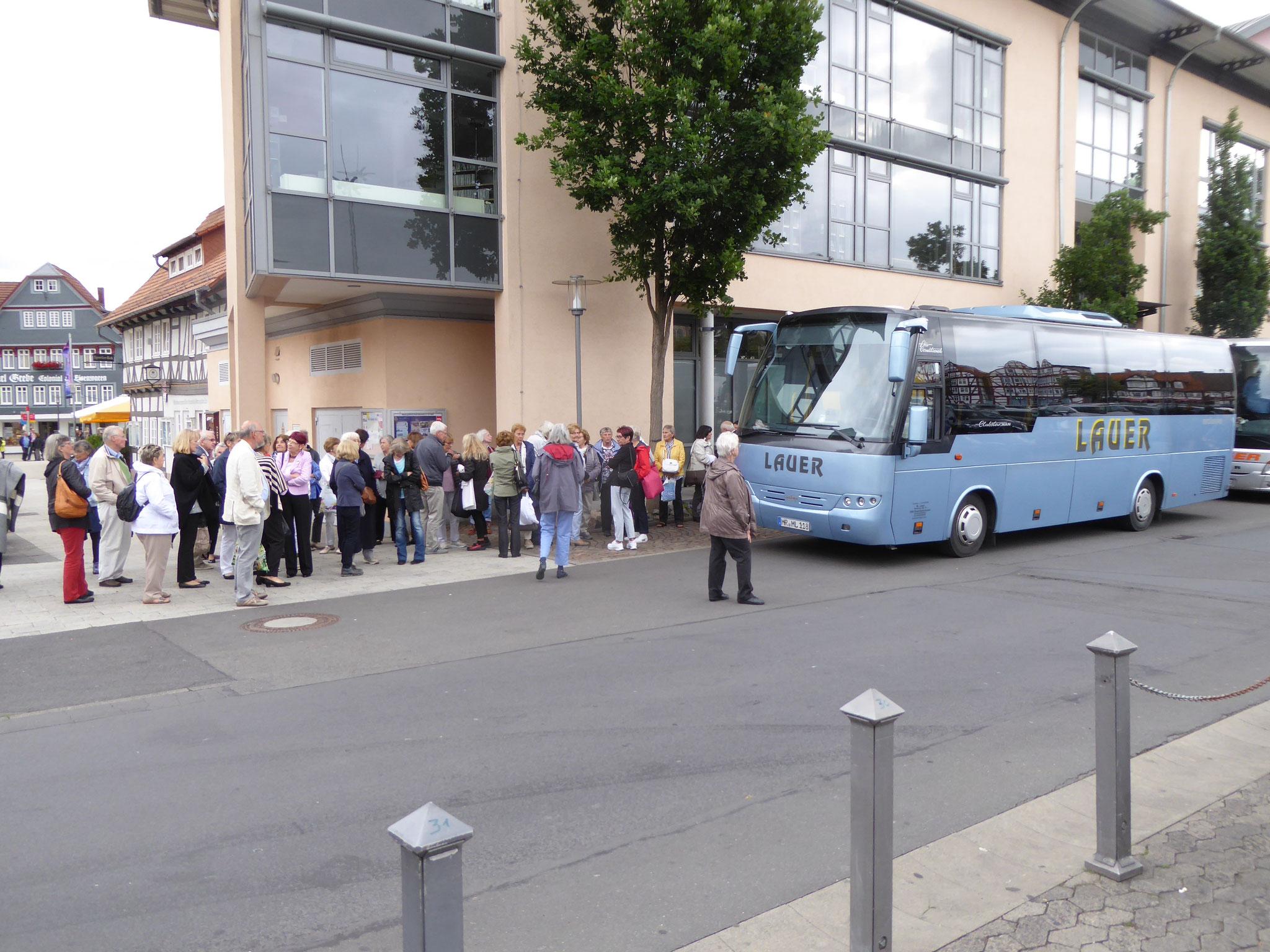 """Warten auf """"unseren"""" Bus"""