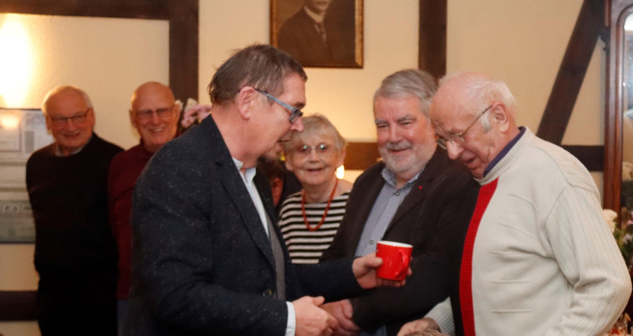 """""""30 Jahre an der Seite der SPD. Vielen Dank"""" bedankt sich Norbert Hundt mit einer Aufmerksamkeit bei den anwesenden Gründungsmitgliedern."""
