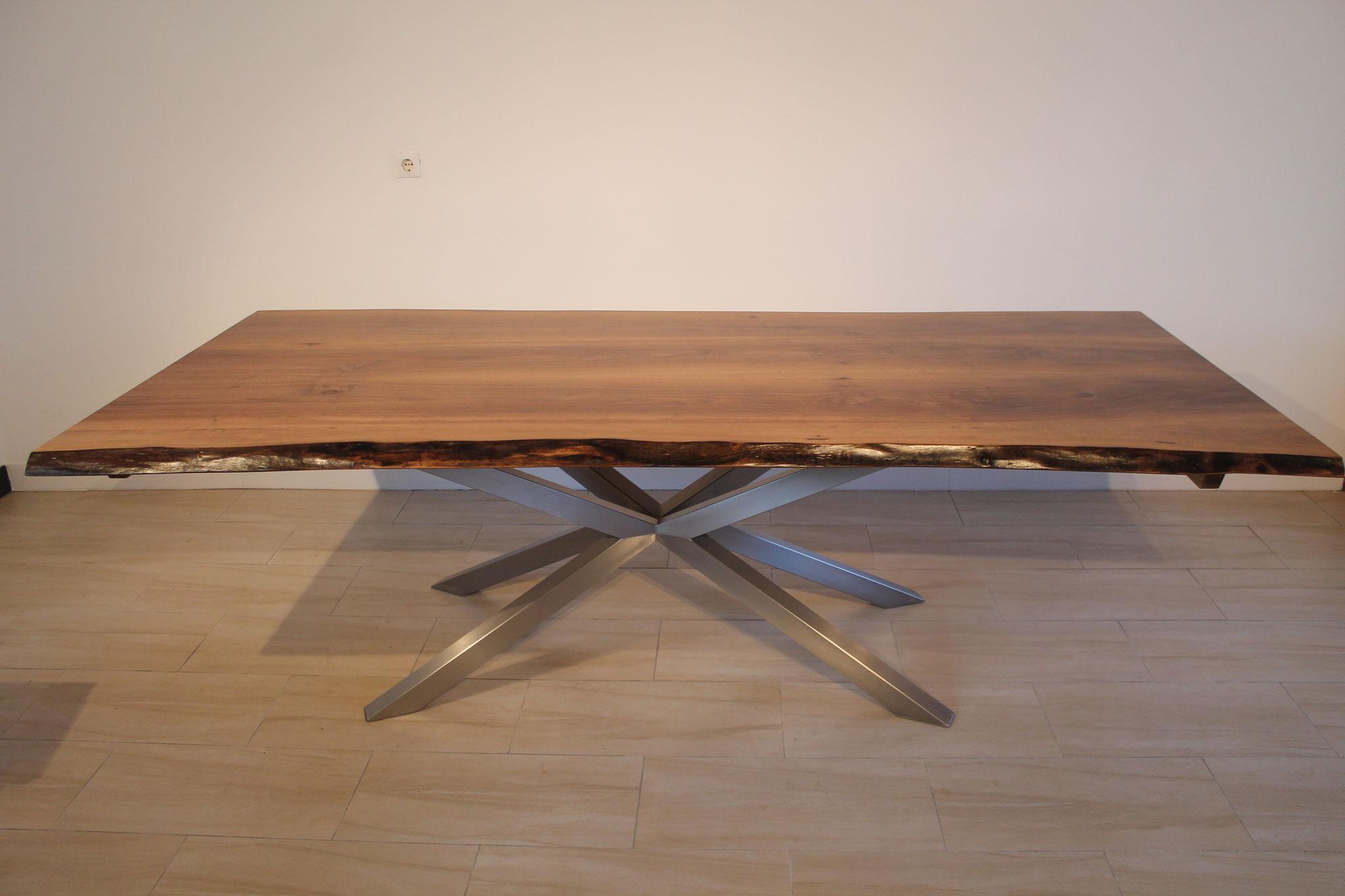 massivholztisch mit stern tischgestell designschreiner artofwood m beldesign wohnambiente. Black Bedroom Furniture Sets. Home Design Ideas