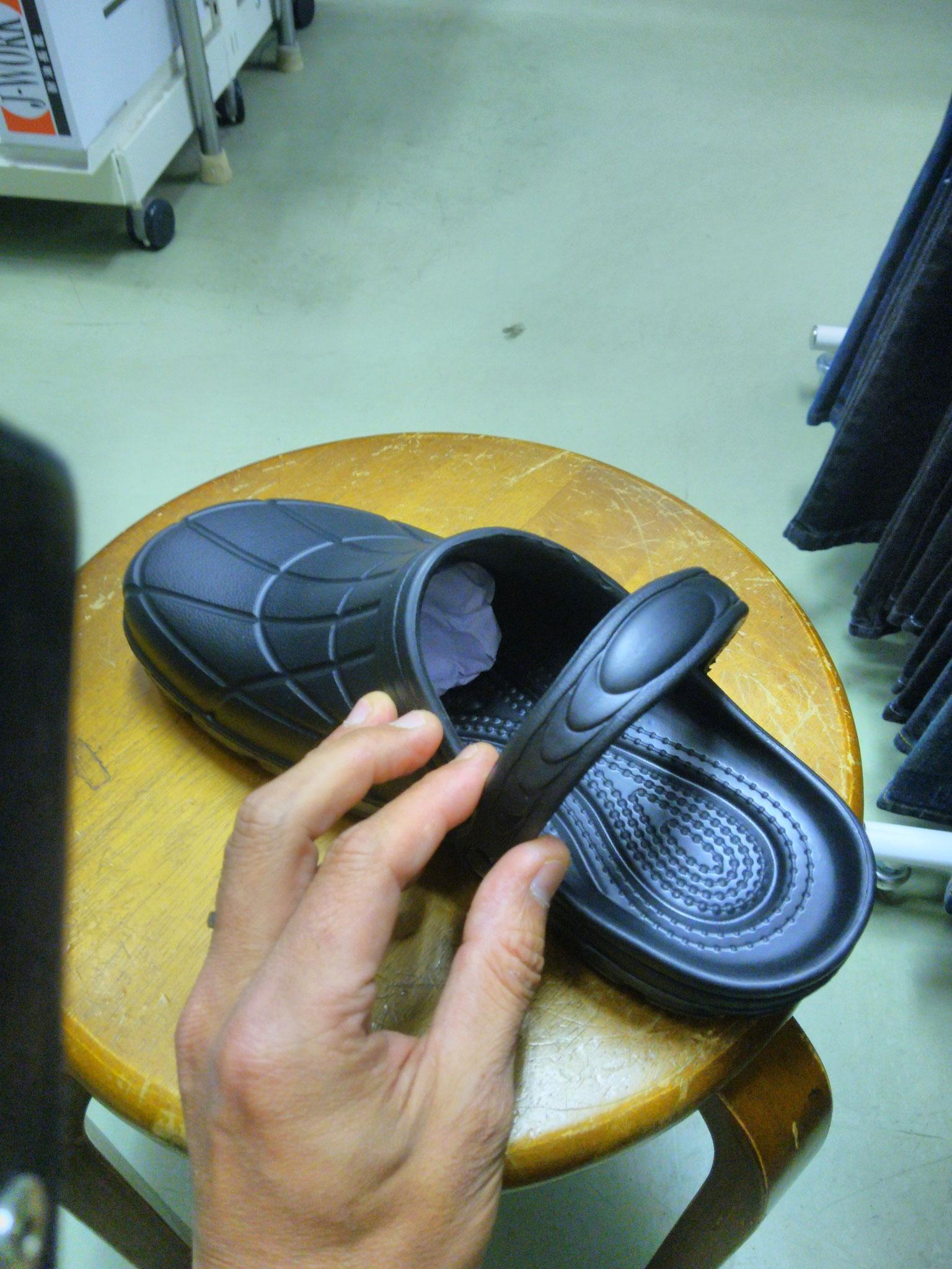 厨房靴 カルカル仕事人 ¥1,990(税込)クロックス仕様なので、脱ぎはぎがちょー便利!!