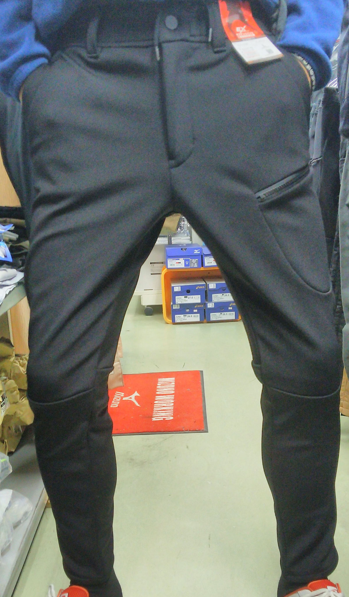EVEN RIVER~イーブンリバー~EX-102 ギアテックパンツ=履いてみました=すそにむかってスリムなので、フィット感が抜群です。