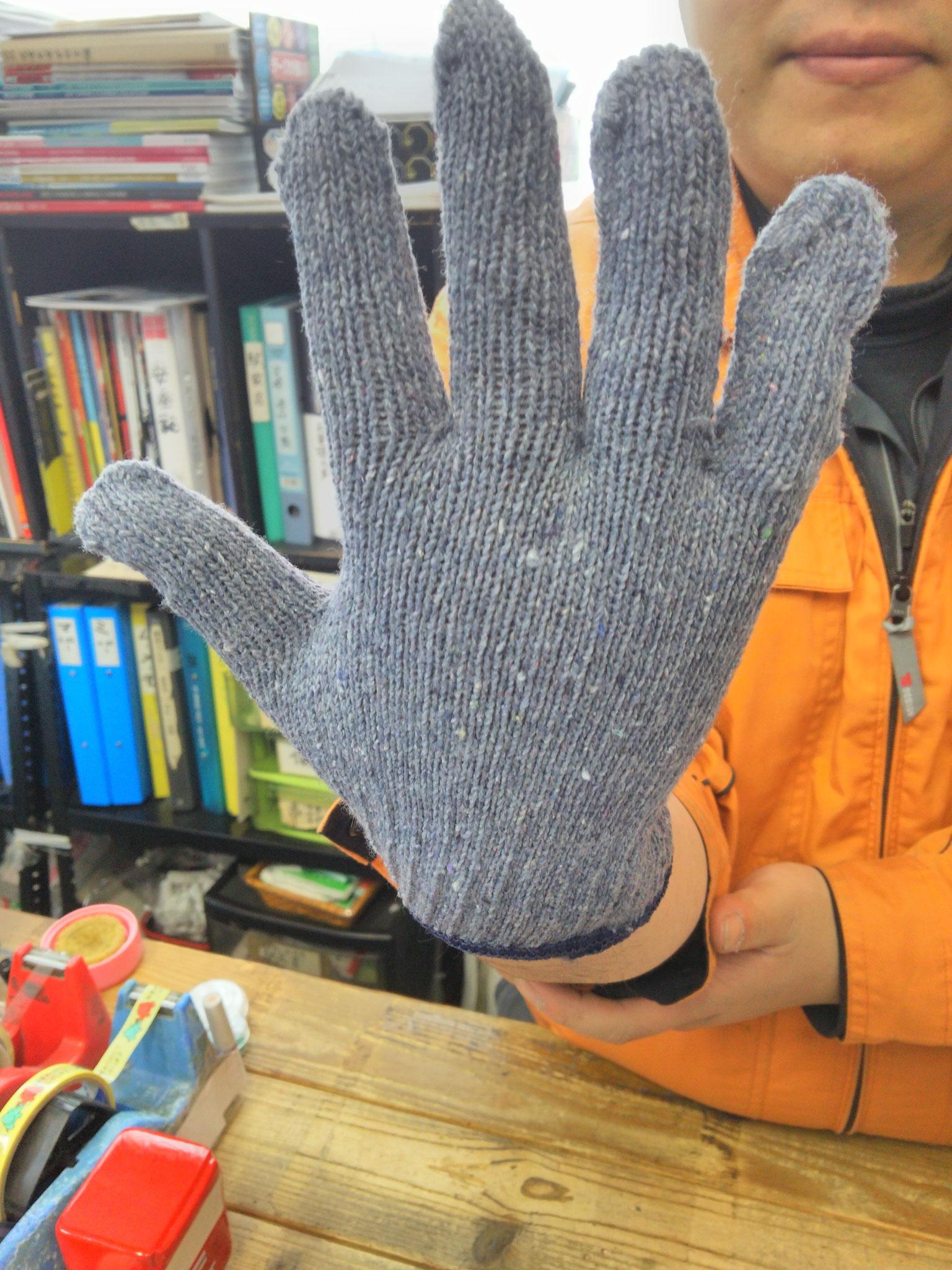 デニムぐんて 手にフィットする編み方でーす。写真は手の甲。