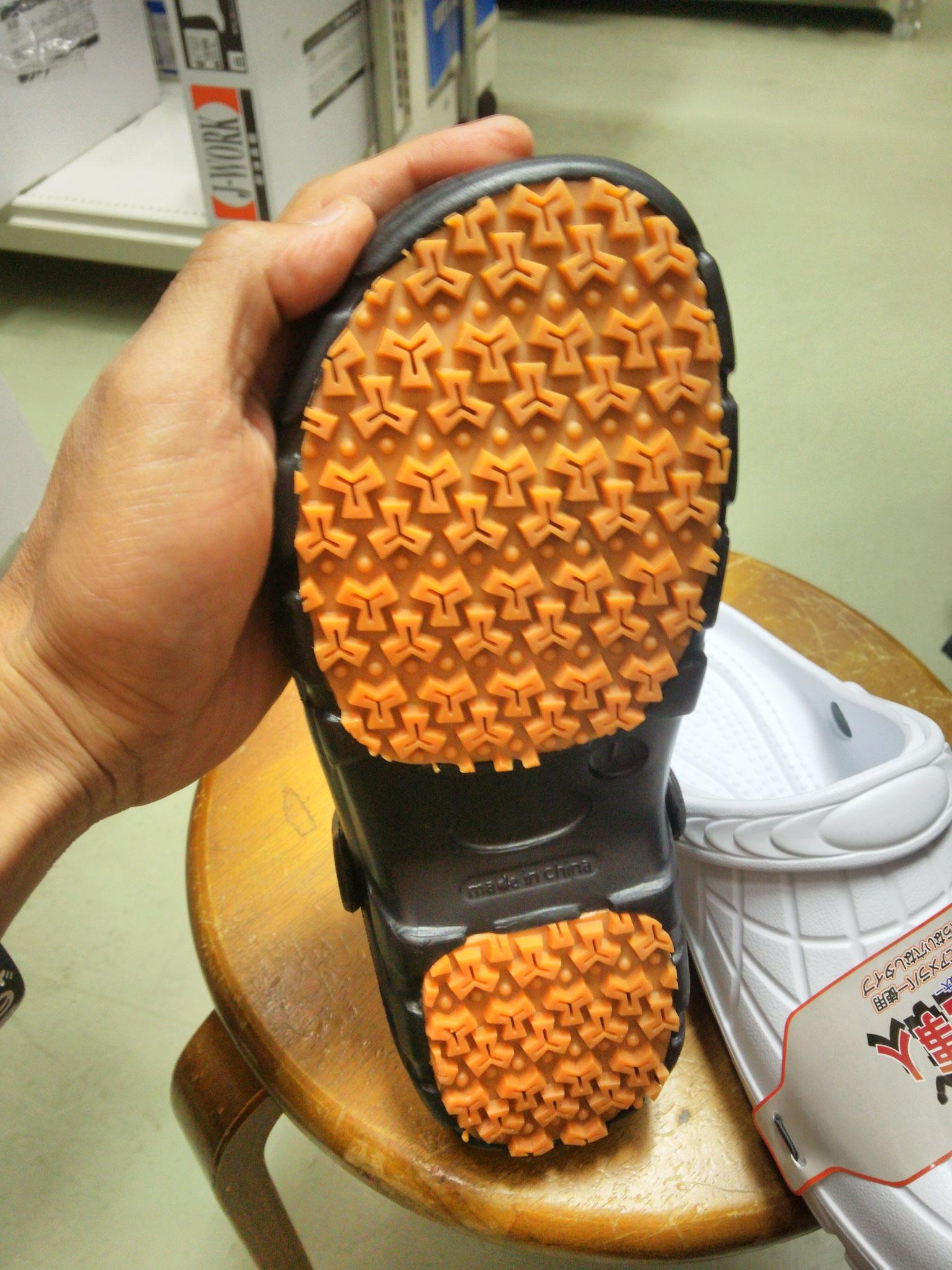 厨房靴 カルカル仕事人 ¥1,990(税込)ソールは、アメ底ソールで滑りにくい構造になっています。