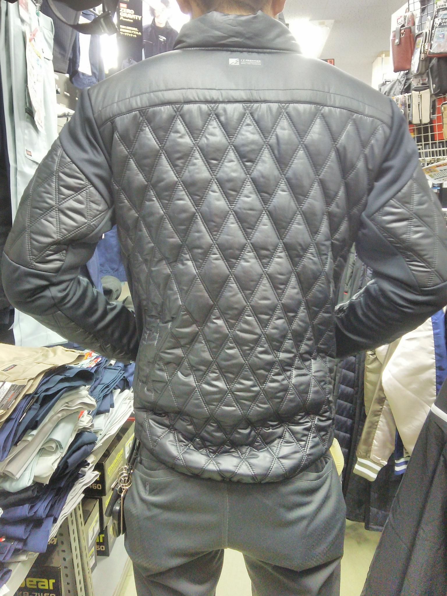 I'Z FRONTIER~アイズフロンティア~9010 発熱防寒ジャケット けっこうタイトに決まります。