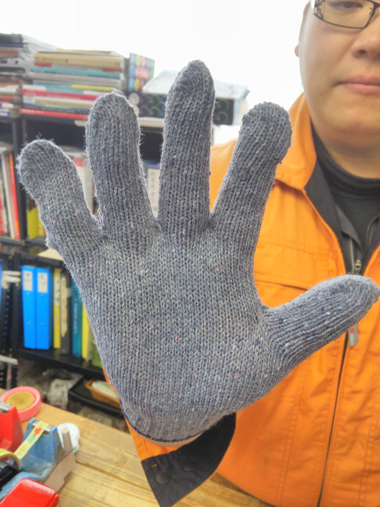 デニムぐんて 手にフィットする編み方でーす。写真は手のひら。
