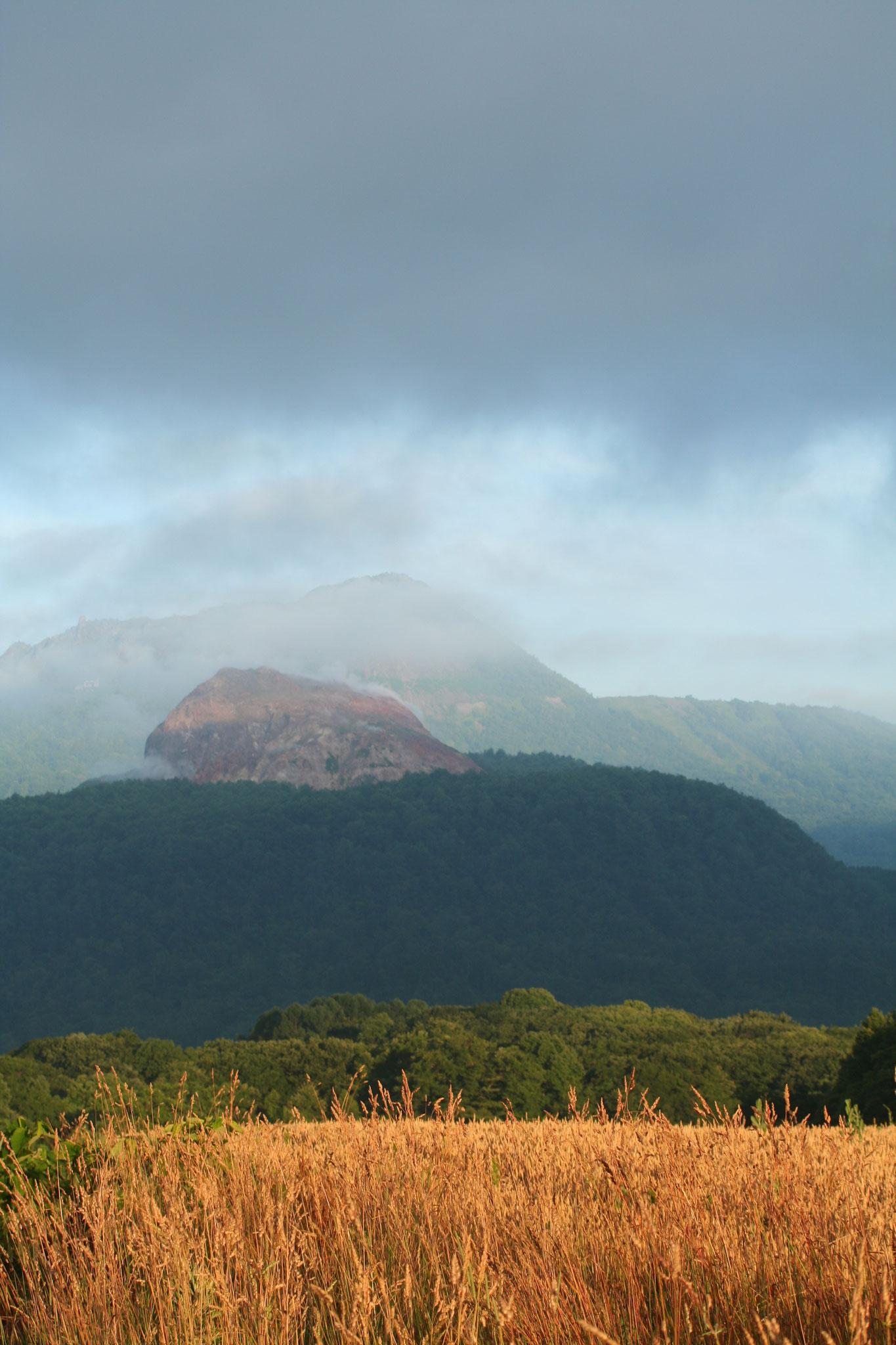 昭和新山、有珠岳、そして麦秋