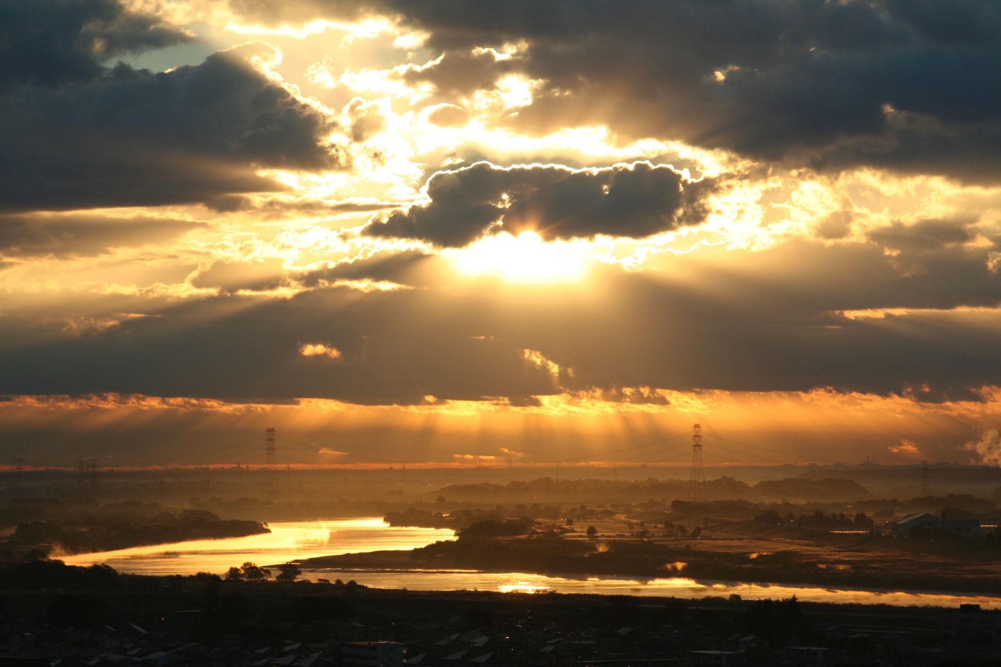 利根川の朝 神降臨 薄明光線(天使の梯子)
